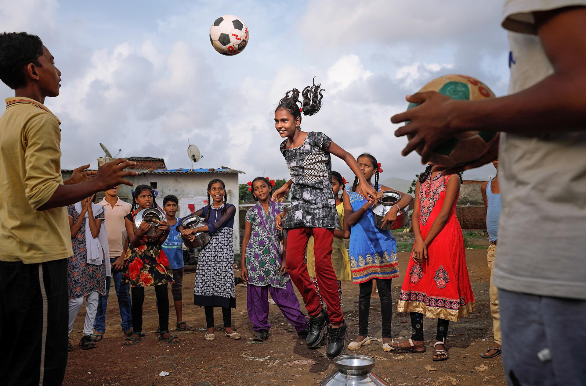 Ashima Narain es una fotógrada y cineasta, representada por National Geographic. En marzo de 2017, la revista TIME la incluyó como una de las 34 mejores fotógrafas del mundo (Ashima Narain)