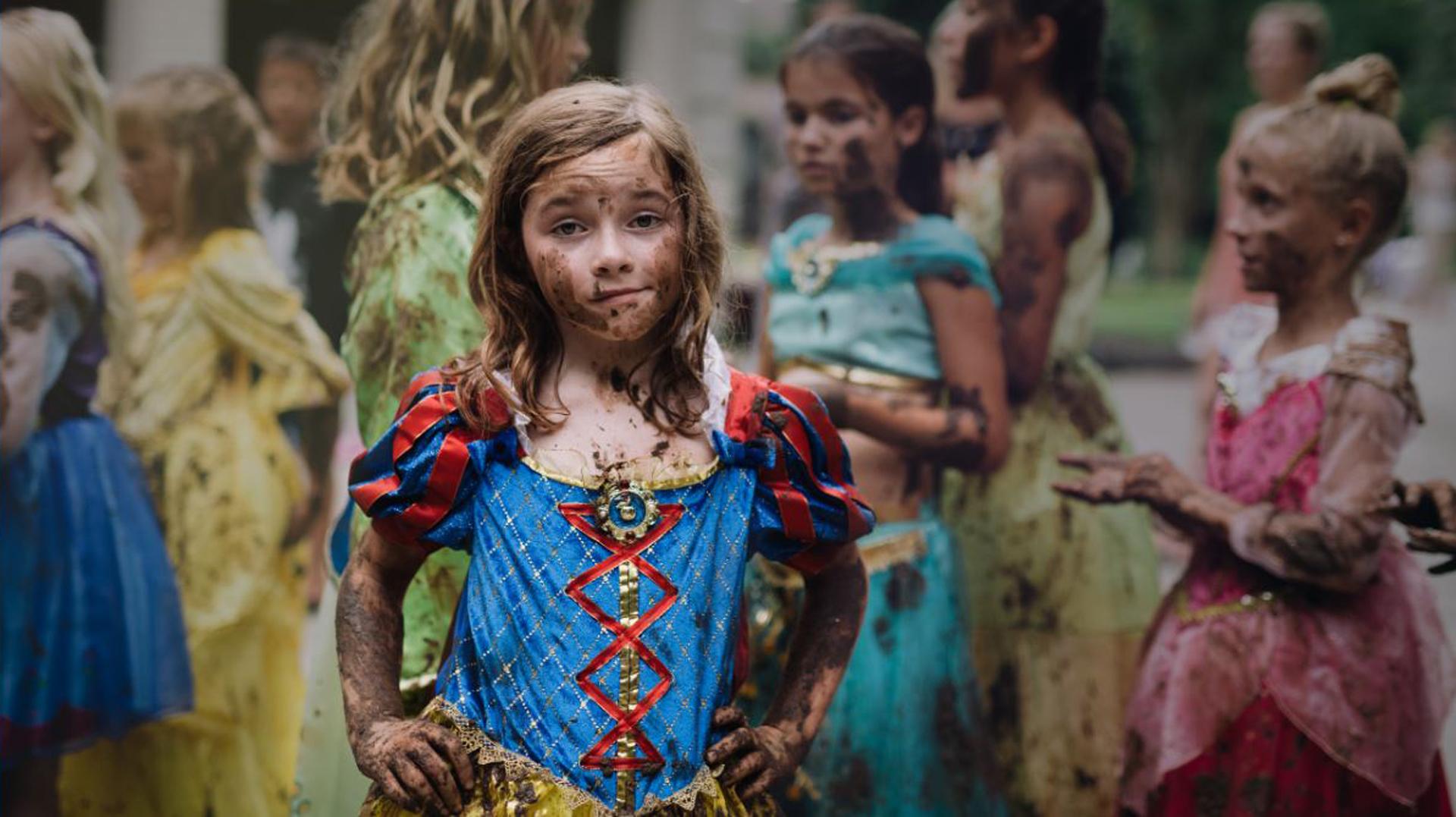 En 2016 Disney lanzó Soy Princesa Siendo Yo, una campaña que alienta a las niñas de todo el mundo a ser protagonistas de sus propias historias y a soñar en grande, inspirándose a través de las cualidades que cada una de las Princesas Disney demuestra a través de sus aventuras, como la valentía de Mérida o la perserverancia de Tiana. Mientras que cada princesa tiene sus propias características únicas y admirables, lo que todas tienen en común es la resiliencia y la habilidad de triunfar superando adversidades a fin de realizar sus sueños (Kate Parker)