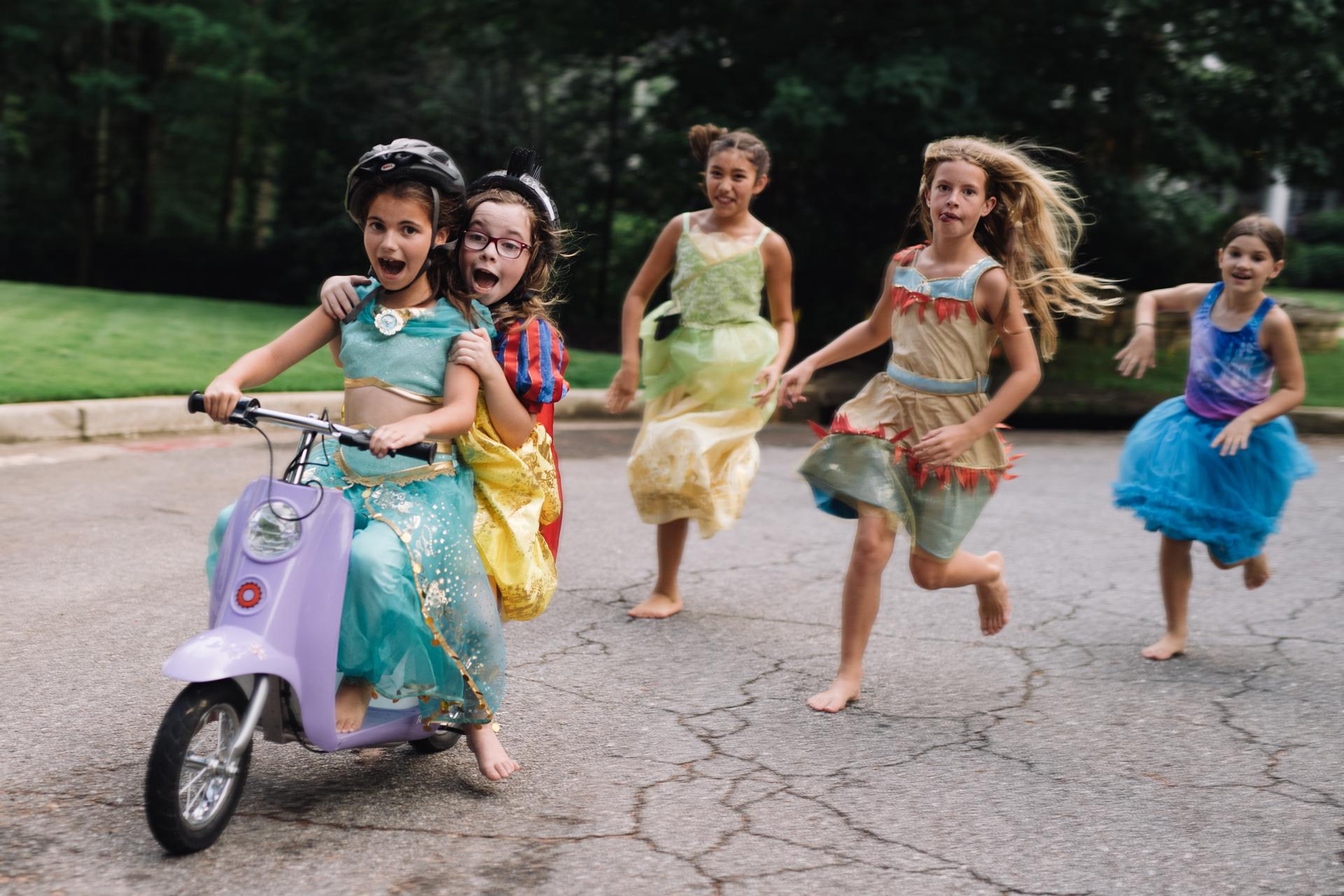 """""""La idea de que todas las historias -ya sean de la vida real o de ficción, como es el caso de Rapunzel o Bella- pueden inspirar a las niñas a perseguir sus sueños es el corazón de nuestra campaña Soy Princesa Siendo Yo"""", dijo Jimmy Pitaro, Chairman en Disney Consumer Products and Interactive Media de The Walt Disney Company. """"Es por eso que le pedimos a algunas de las más reconocidas fotógrafas que nos ayuden a encontrar y retratar historias de mujeres y niñas inspiradoras a lo largo y a lo ancho de nuestro planeta; los resultados son increíbles"""". (Kate Parker)"""