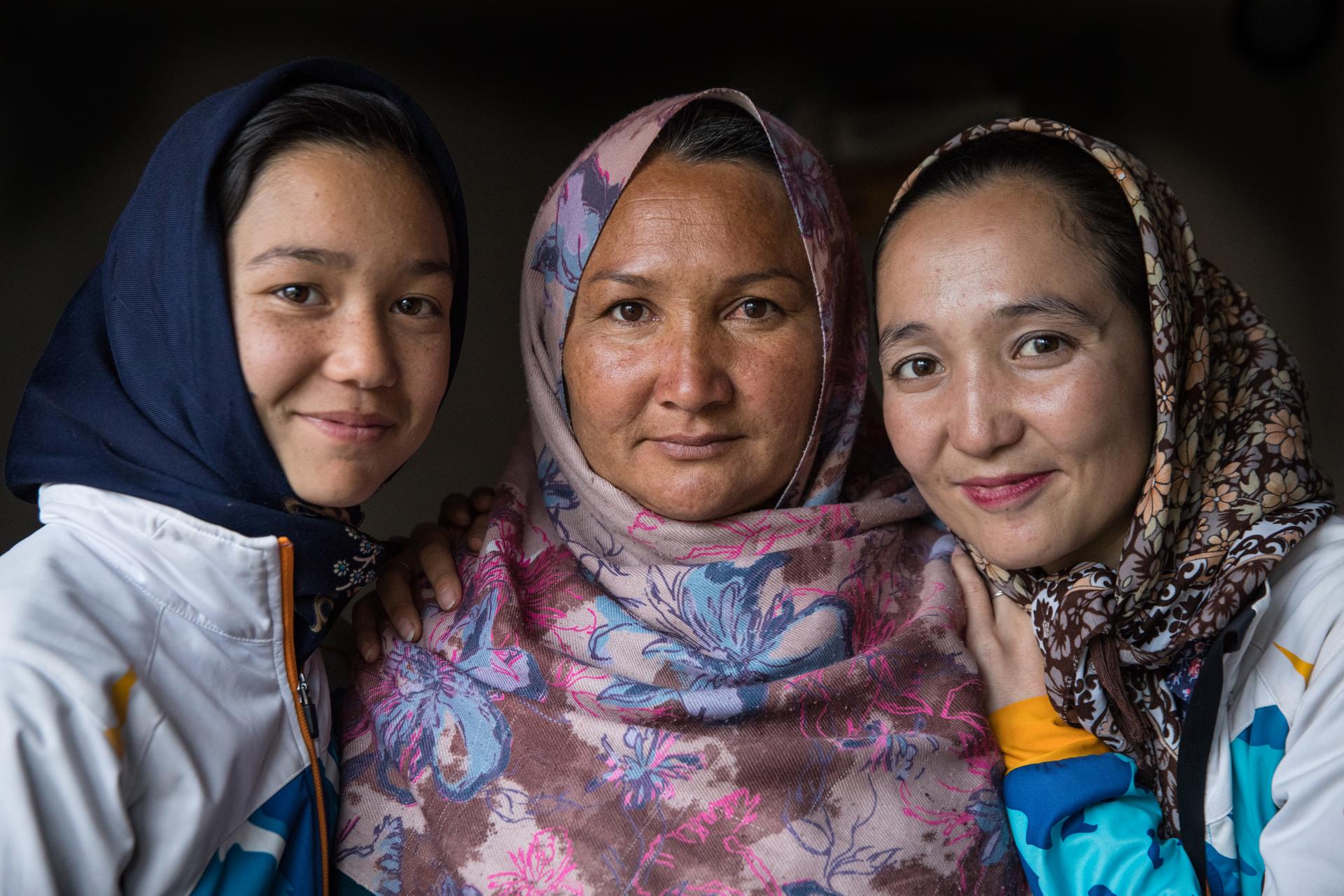Reihana, de 14 años, Masuma Mohammad (su madre) y Zakia Mohammadhi, 23, (su entrenadora). Masuna ha apoyado mucho a sus hijas involucradas en el ciclismo y ellas se han convertido en miembros del equipo ciclista femenino de Bamiyan, el primer equipo oficial fuera de Kabul. (Paula Bronstein)
