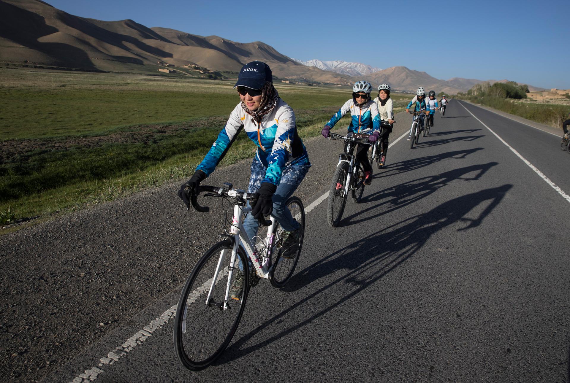 El equipo de ciclismo de mujeres de Afghanistan durante una práctica temprano de la mañana de 6 am fuera de Bamiyan. Zakia Mohammadhi es quien organiza y entrena al equipo. (Paula Bronstein)