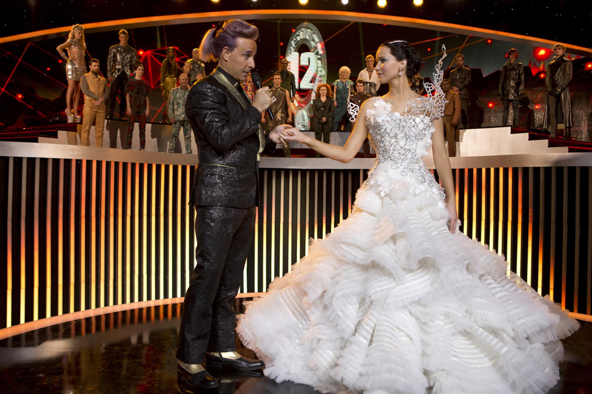 Jennifer Lawrence, la protagonista de 'Los juegos del hambre en llamas' con un vestido de Tex Saverio, un diseñador indonesio de 28 años. Un modelo atrevido y vanguardista usando estructuras metálicas y la falda en cintas y encajes, una verdadera obra de arte bordada