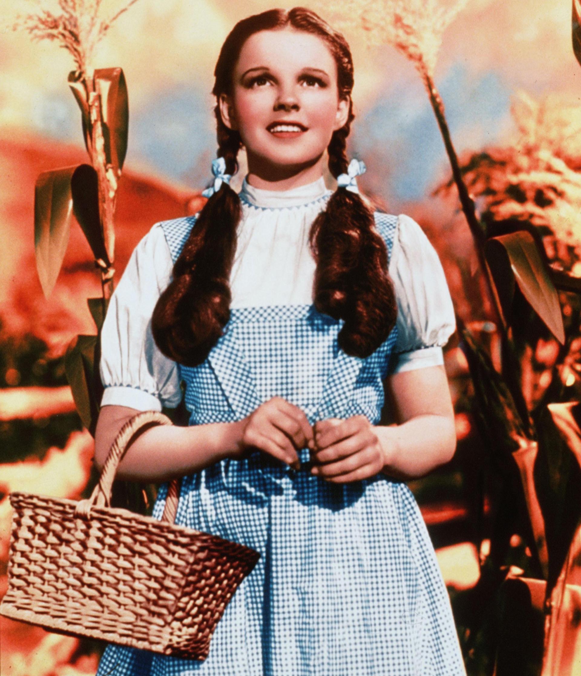 Judy Garland como Dorothy Gale, de 'El mago de OZ', fue la pionera de la tendencia de las superposiciones. Vestido en vichy en celeste y blanco junto a una camisa con mangas globo. El accesorio que la identificaba era el 'basket bag' de mimbre y en su cabello colorado, dos colitas bajas con cintas