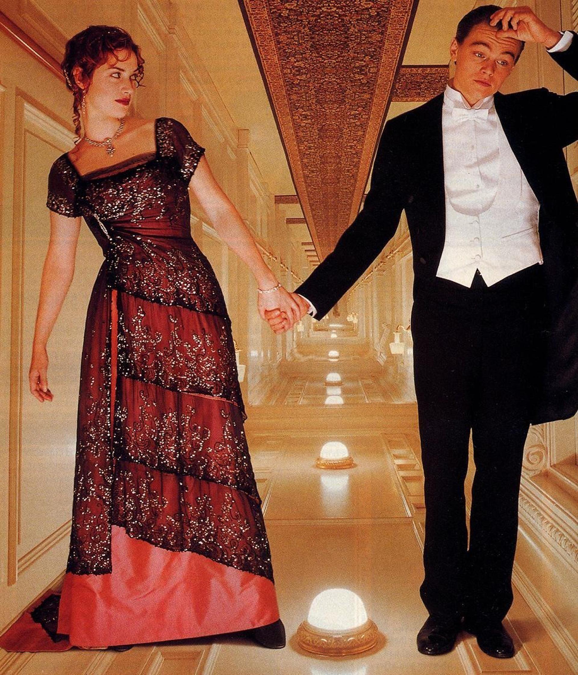 Kate Winslet en la piel de Rose DeWitt Bukater en Titanic, en rojo y sobre tul bordado en cascada acompañando con joyas de esmeraldas que se lucen en la escena que Leonardo Di Caprio la detiene. Tanto el vestido como las joyas fueron subastadas por más de 30.000 dólares