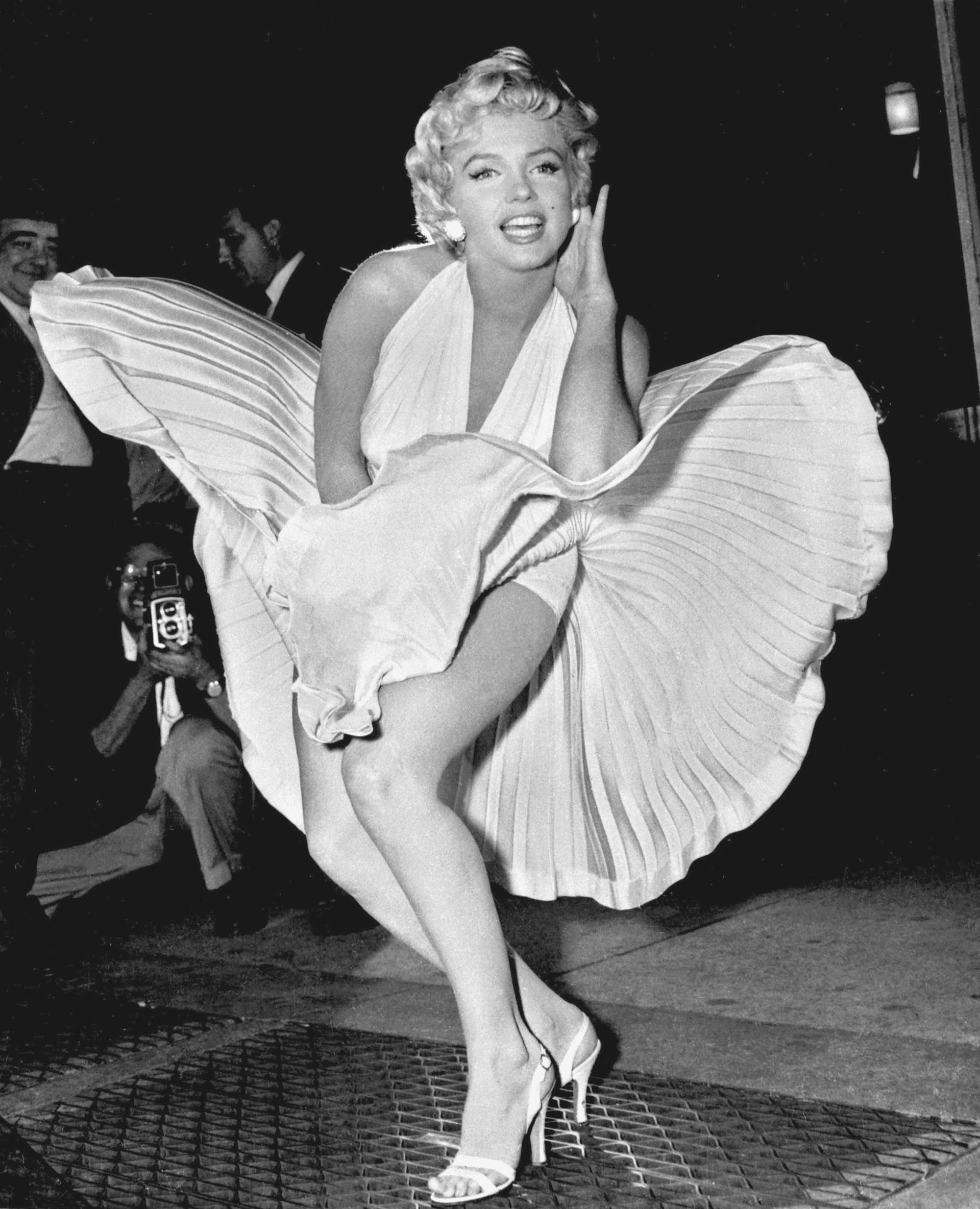 Marylin Monroe con el icónico vestido plisado blanco de 'La tentación vive arriba'. Con su cabello corto ondulado rubio, fue una de las mujeres más deseadas en la historia del cine.Diseñado por William Travilla, este vestido fue subastado en el 2015 por un valor de 5.520.000 dólares