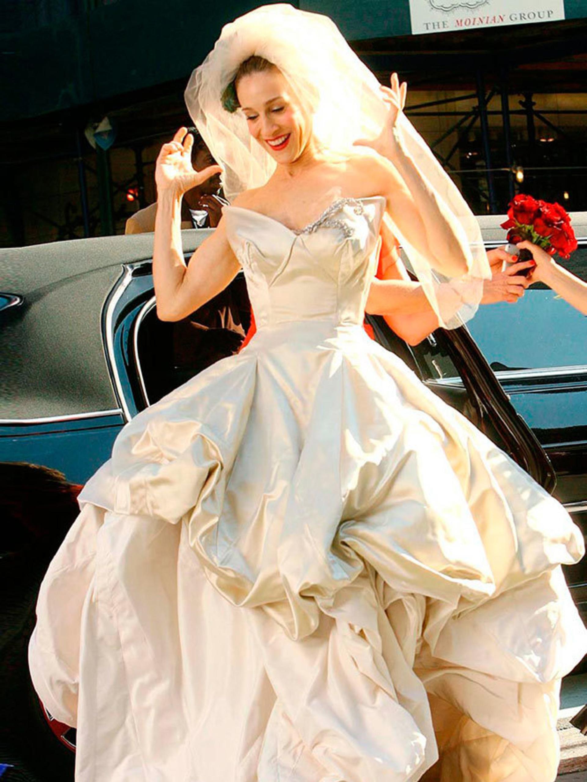Sarah Jessica Parker en la piel de la fashionista Carrie Bradshaw en el día de su boda -que no fue- con Mr. Big. La diseñadora Vivianne Westwood le envió como regalo el vestido que había lucido en una producción para Vogue. Escote V en pico y con corpiño armado y falda voluptuosa y un increíble tocado con velo