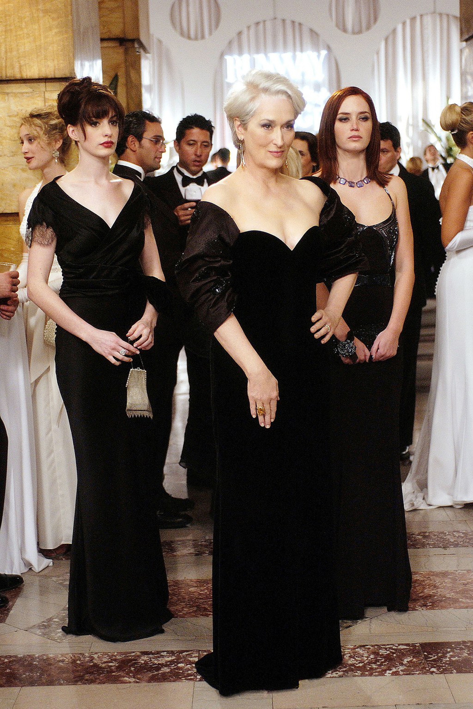 Miranda Presley, interpretada por Meryl Streep en 'El diablo viste a la moda'. Luce un vestido en chiffon negro strapless con escote corazón de la firma Valentino
