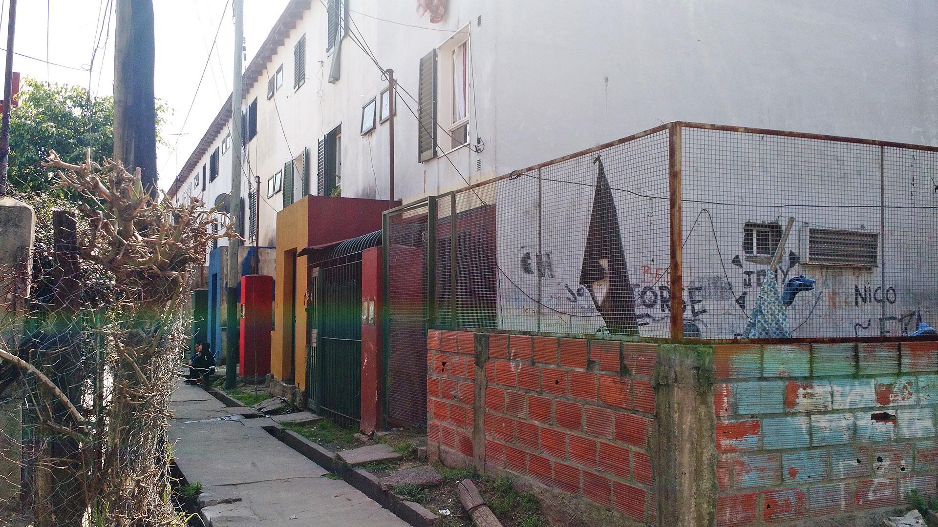 La entrada a la Torre 1 en el barrio Santa Rita de Boulogne.