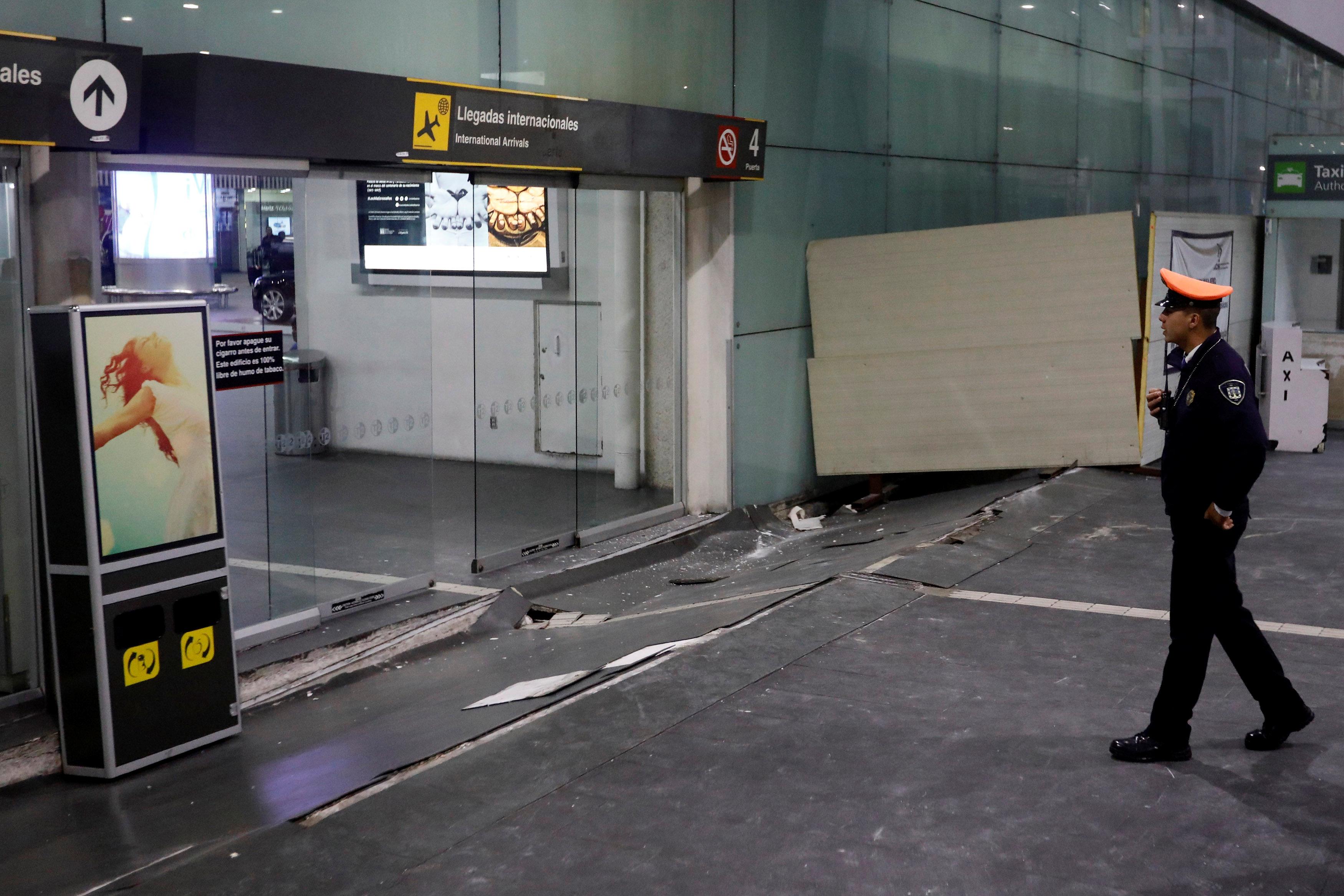 El sismo también afectó parte de la estructura del aeropuerto internacional Benito Juárez en Ciudad de México.(REUTERS/Edgard Garrido)