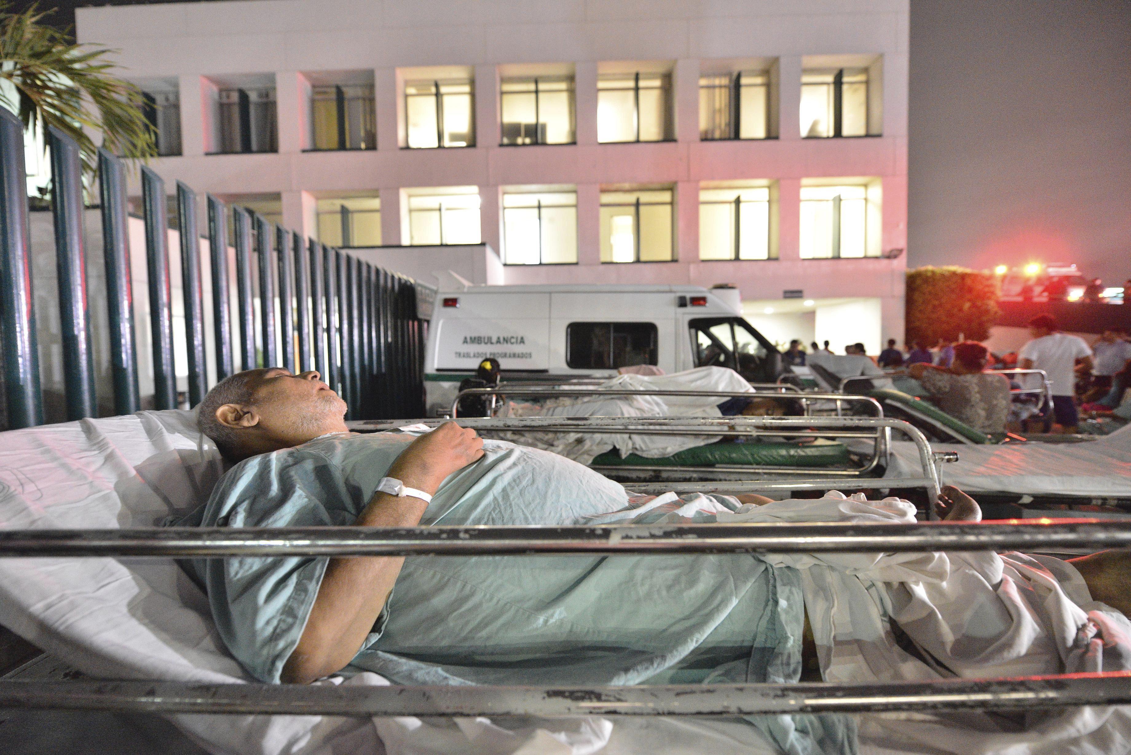 Pacientes y médicos de un hospital en Villahermosa ( México) (SSN).EFE/STR