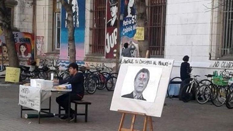 El cartel exhibido en la Facultad de Rosario (Foto: www.rosario3.com)