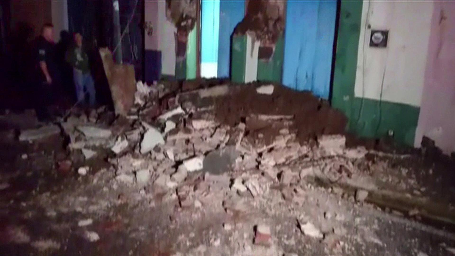 Captura de una imagen de TV que muestra los daños a un edificio en Oaxaca(AFP)