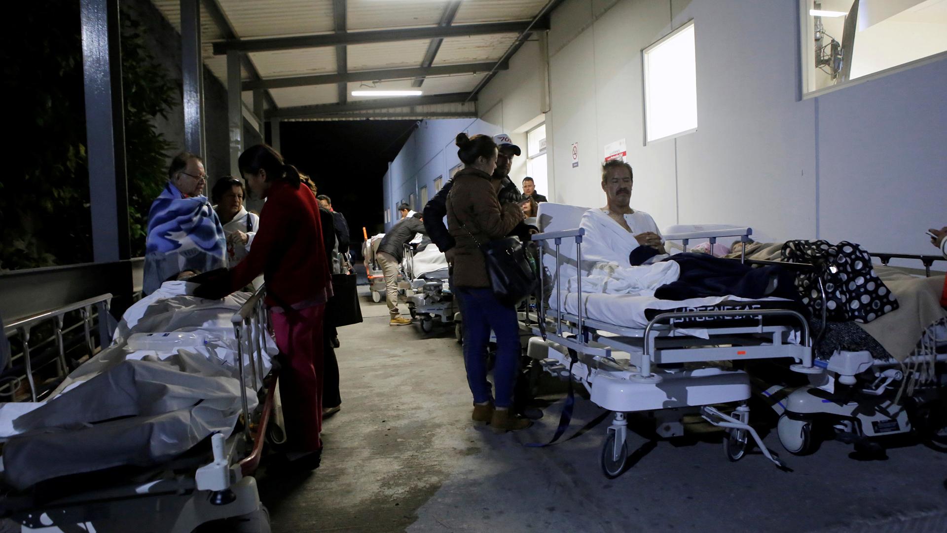 Pacientes y familiares aguardan afuera del Instituto de Seguridad Social y Servicios de los trabajadores Estatales, Puebla, Mexici (Reuters)