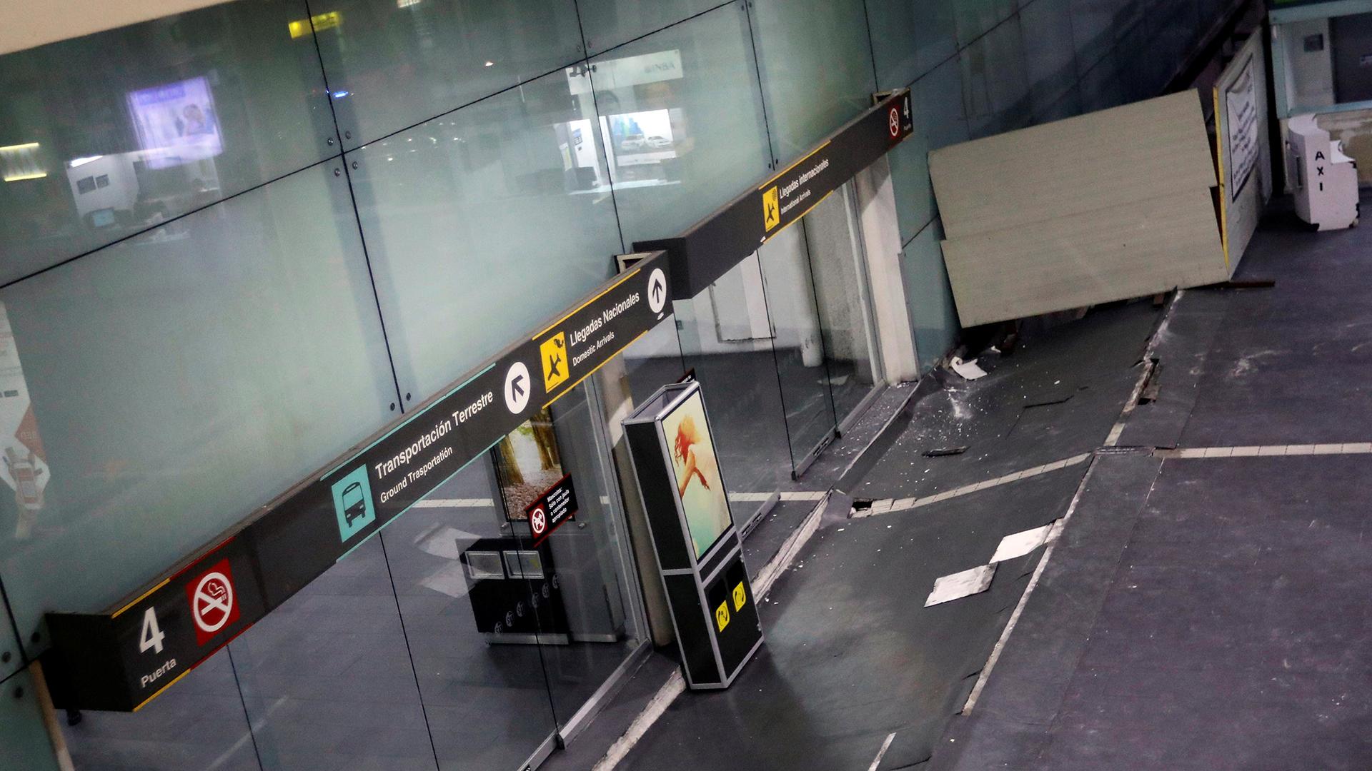 Lo daños en el aeropuerto Internacional Benito Juarez, ciudad de Mexico. (Reuters)