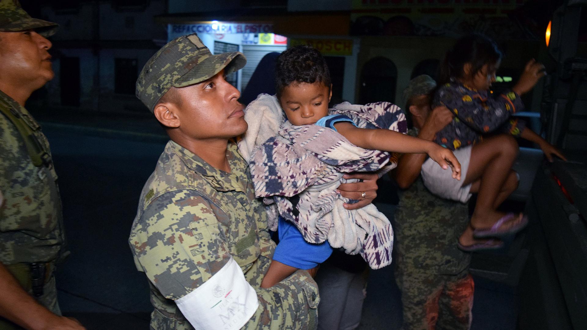 Los soldados asisten a las personas para evacuar Puerto Madero tras el terremoto (Reuters)