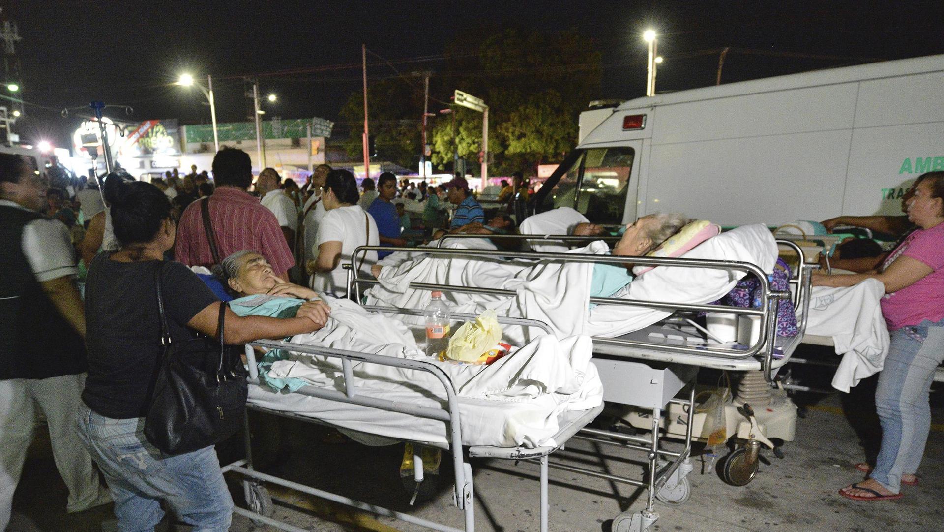 Pacientes y médicos de un hospital en Villahermosa ( México) permanecen fuera, tras un fuerte sismo de magnitud ocho en la escala de Richter que sacudió hoy violentamente a México (EFE)