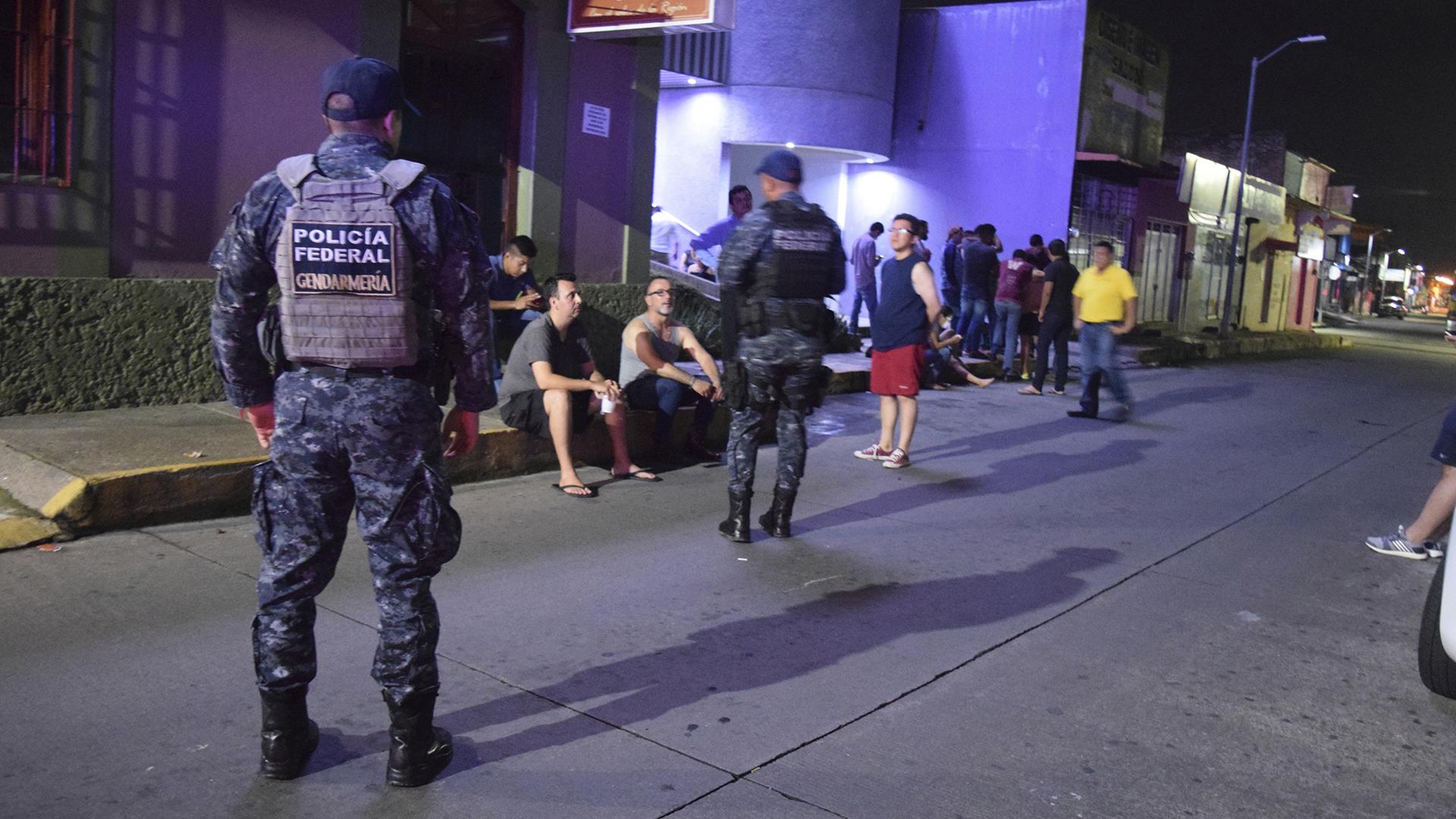 Policías federales resguardan a turistas en el municipio de Tapachula, en el estado de Chiapas (México)(EFE)