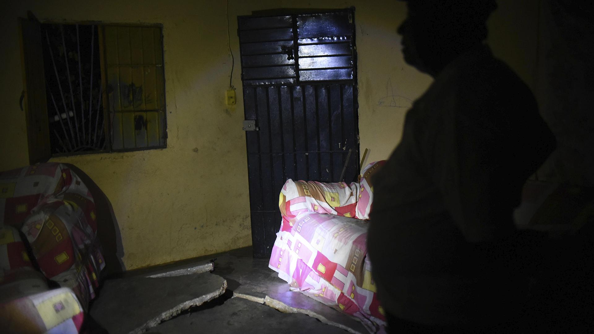 Un residente del municipio de Coatzacoalcos, en el estado de Veracruz (México), observa el piso de su hogar destrozado tras el terremoto (EFE)