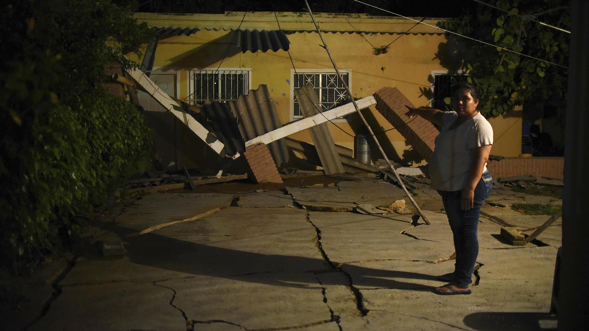 Una mujer del municipio de Coatzacoalcos, en el estado de Veracruz, observa el piso de su hogar destrozado(EFE)
