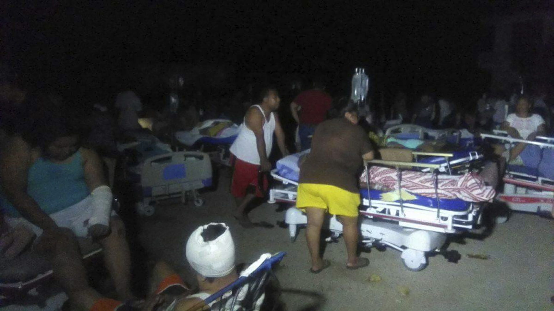 Médicos atienden a heridos en medio de la oscuridad y a campo abierto debido a la falta de energía eléctrica, en el municipio de Juchitán (EFE)