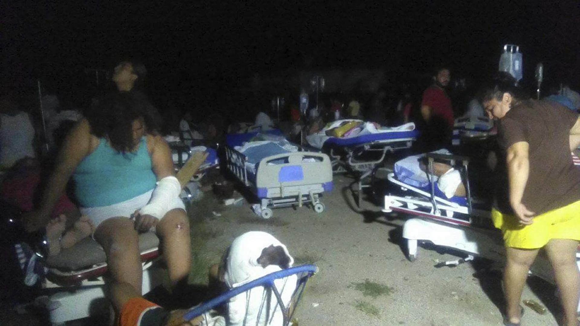 Médicos atienden a los heridos por el terremoto en el municipio de Juchitán(EFE)