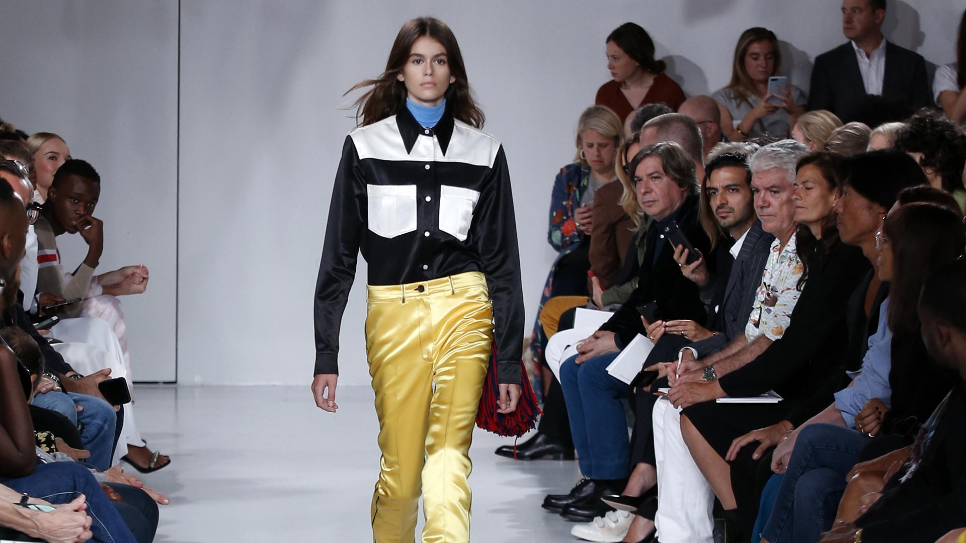 Kaia Gerber, la musa centennial hija de la top Cindy Crawford debutó en la pasarela del New York Fashion Week de la mano del diseñador Raf Simons para Calvin Klein (AP)