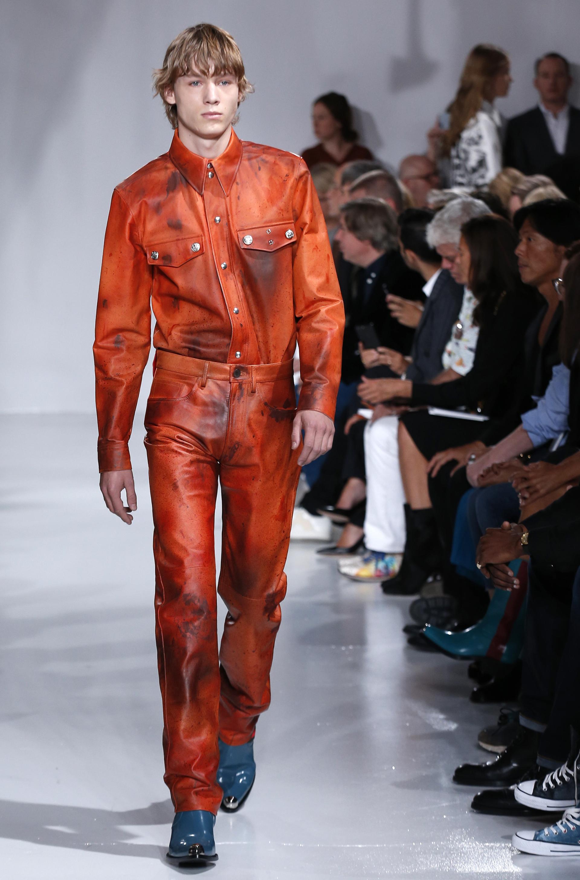 Cuero y vinilo invadieron los tejidos de Calvin Klein (AP)