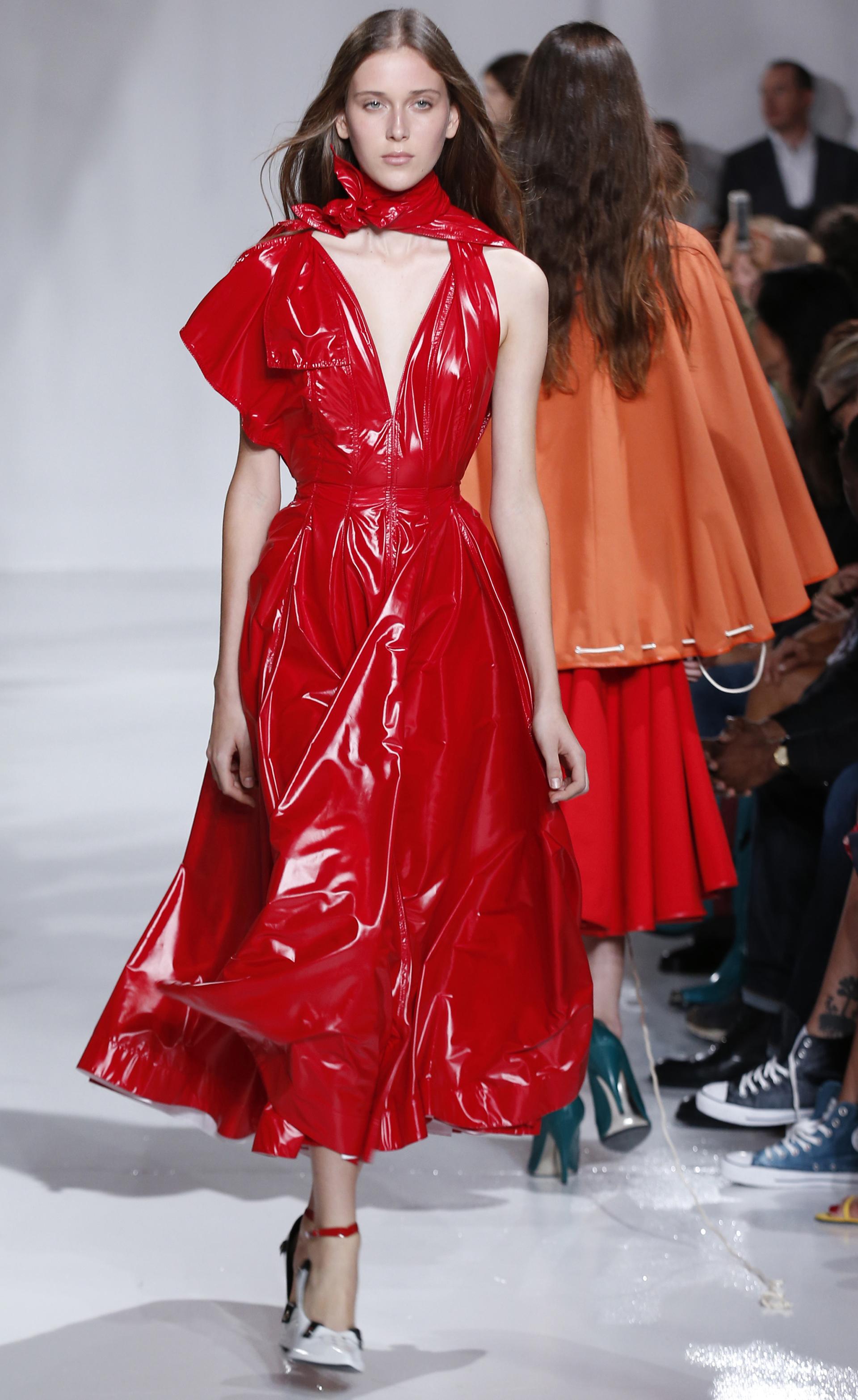 Calvin Klein y géneros rígidos. Vesitdos y prendas en vinilo, una tendencia que sigue vigente para la firma dirigida por Raf Simons (AP)