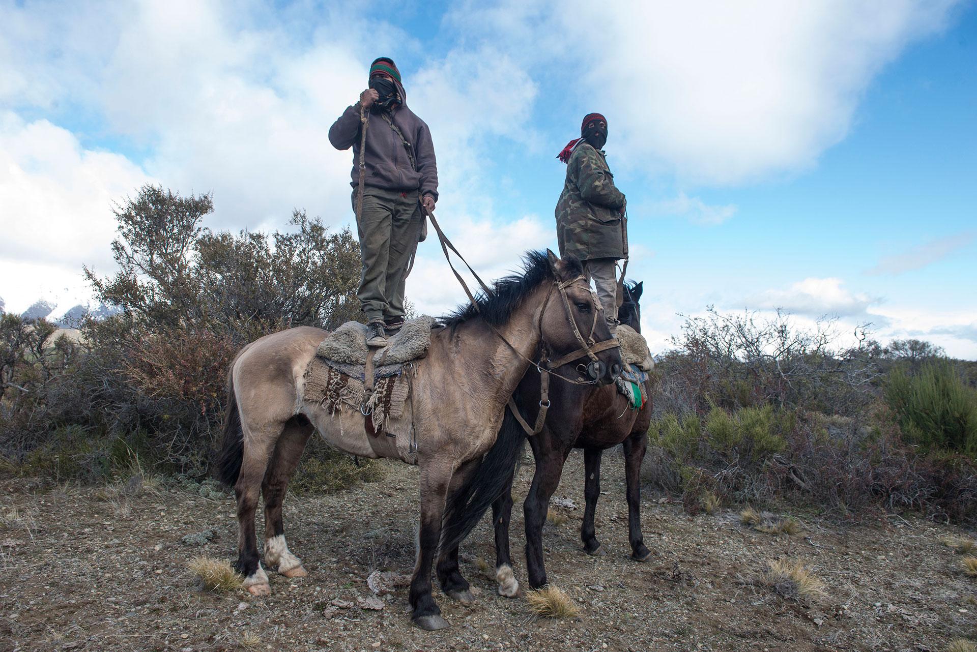 Mapuches observan el rastrillaje (Télam)