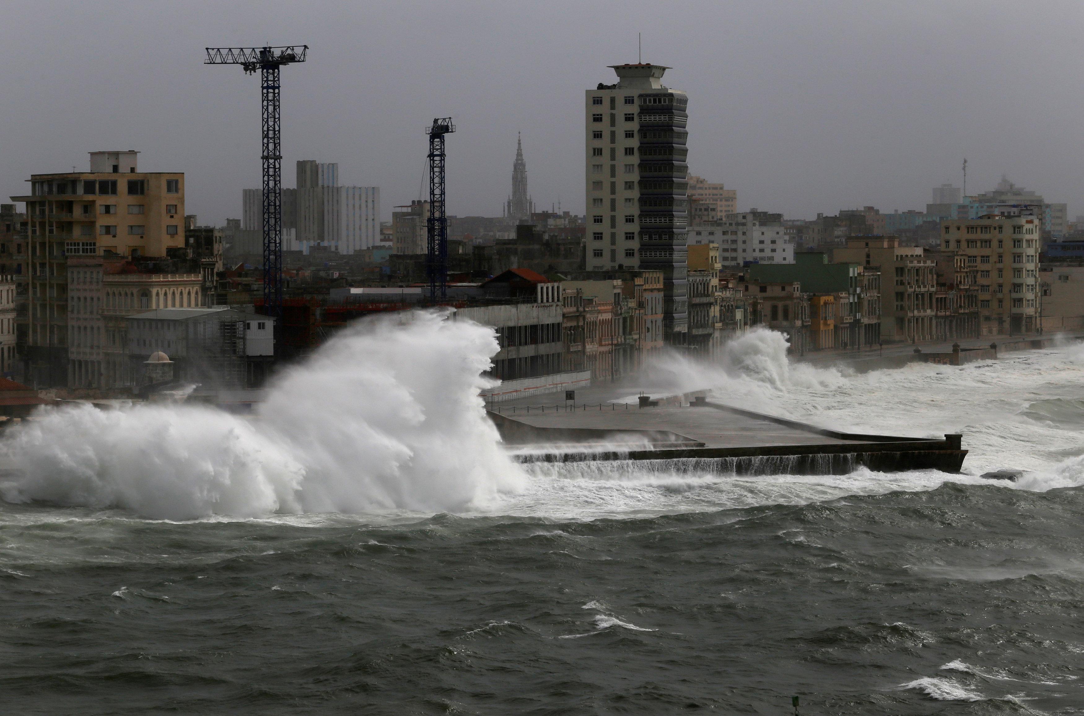 Las olas golpearon El Malecón de La Habana el sábado(REUTERS)
