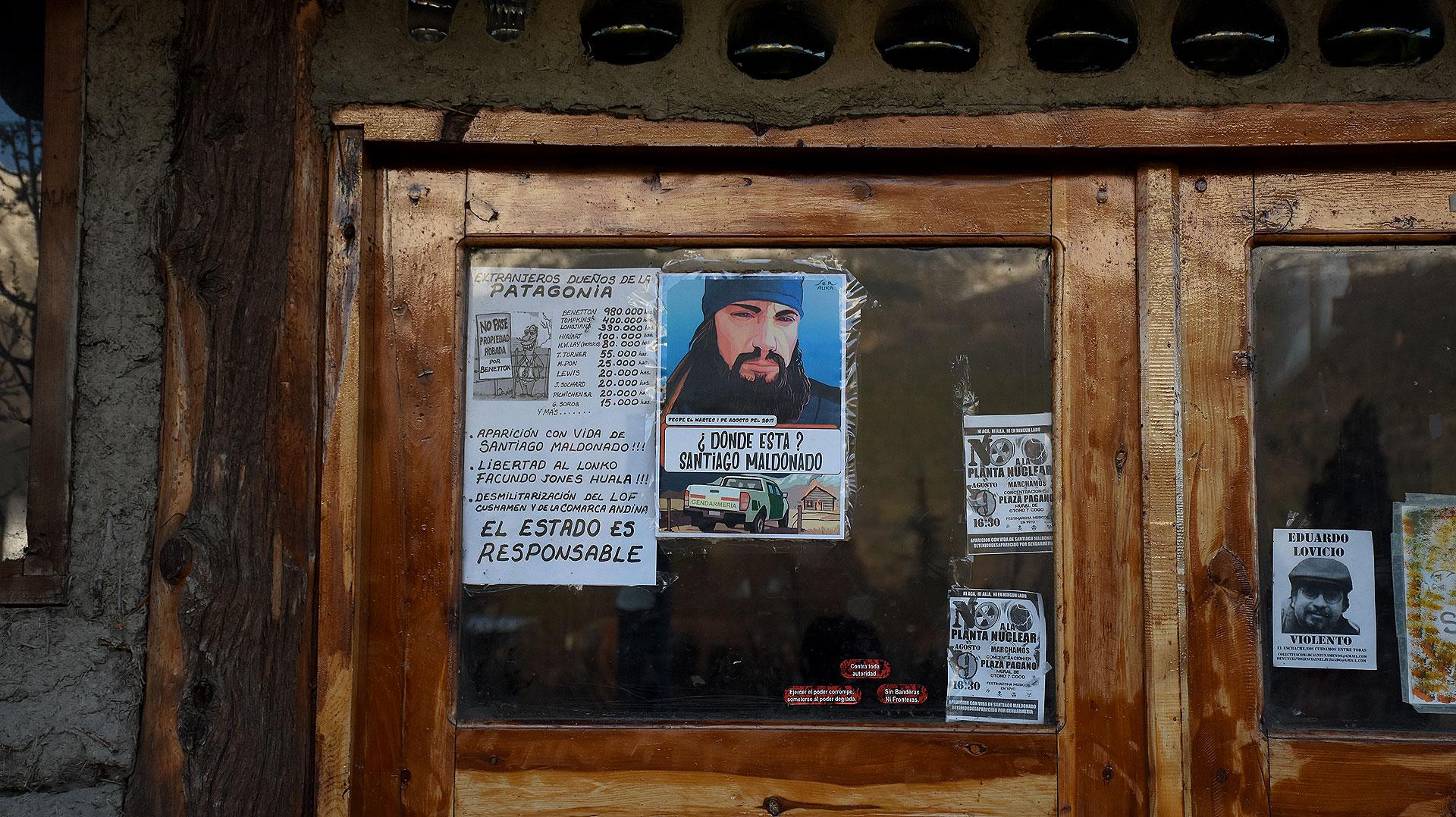 Puerta de la biblioteca donde vivía Santiago antes de desaparecer (Nicolás Stulberg)
