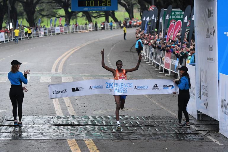 El keniata Paul Lonyangata cruza la meta en los 21K de Buenos Aires, el medio maratón más popular de Latinoamérica (Telam)