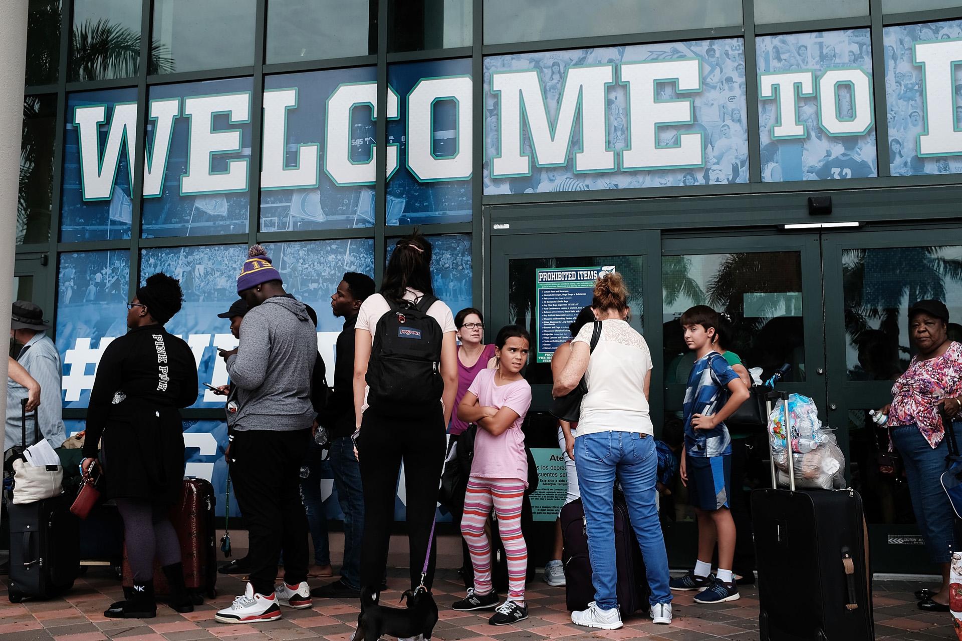 FORT MYERS, FL – SEPTEMBER 09: La gente llega a un refugio en Alico Arena donde miles de floridanos esperan superar el huracán Irma el 9 de septiembre de 2017 en Fort Myers, Florida. (Getty)