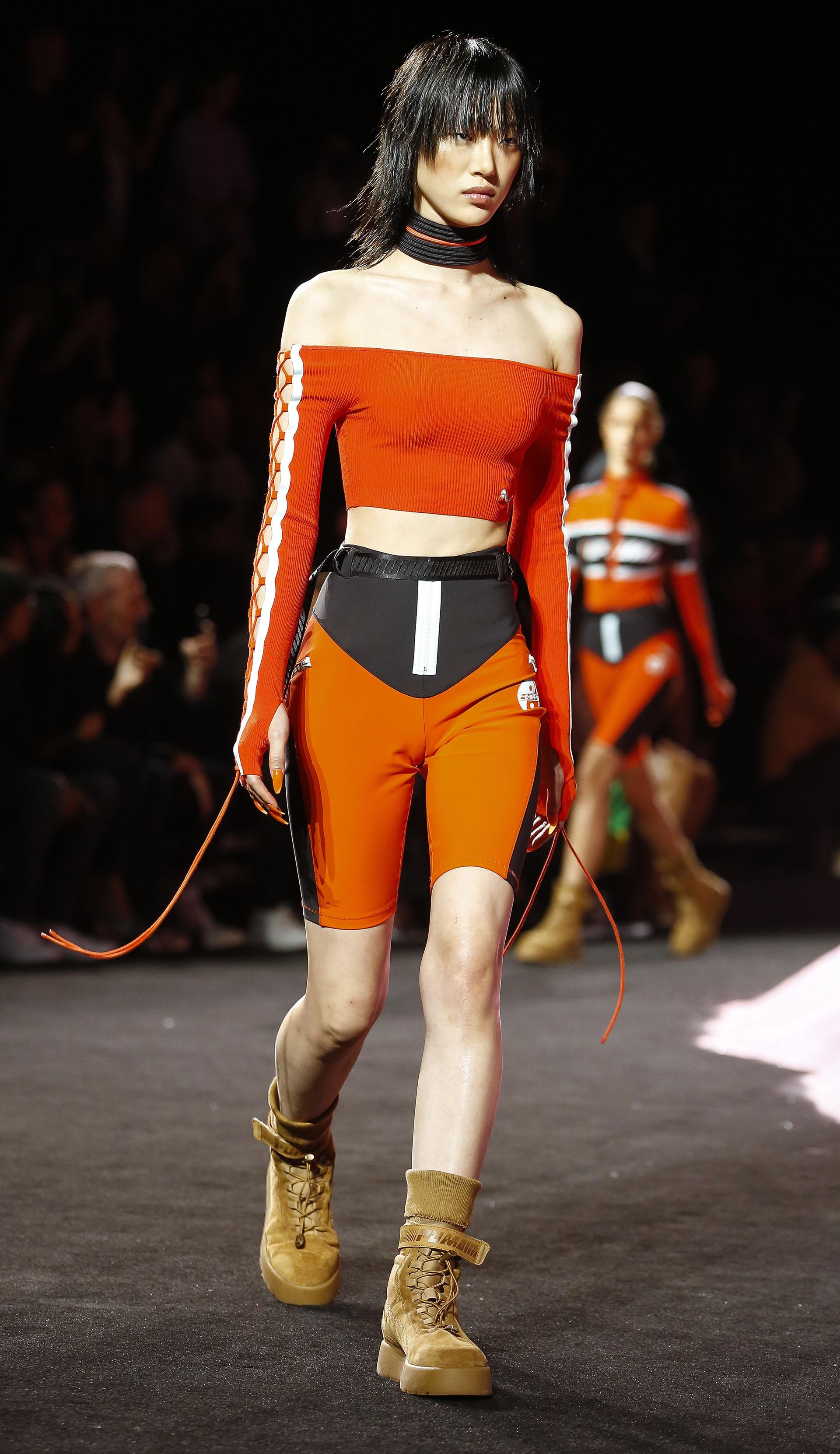 Leggings, tops y chokers cobran un nuevo significado en la pasarela del New York Fashion Week (AP Photo/Bebeto Matthews)