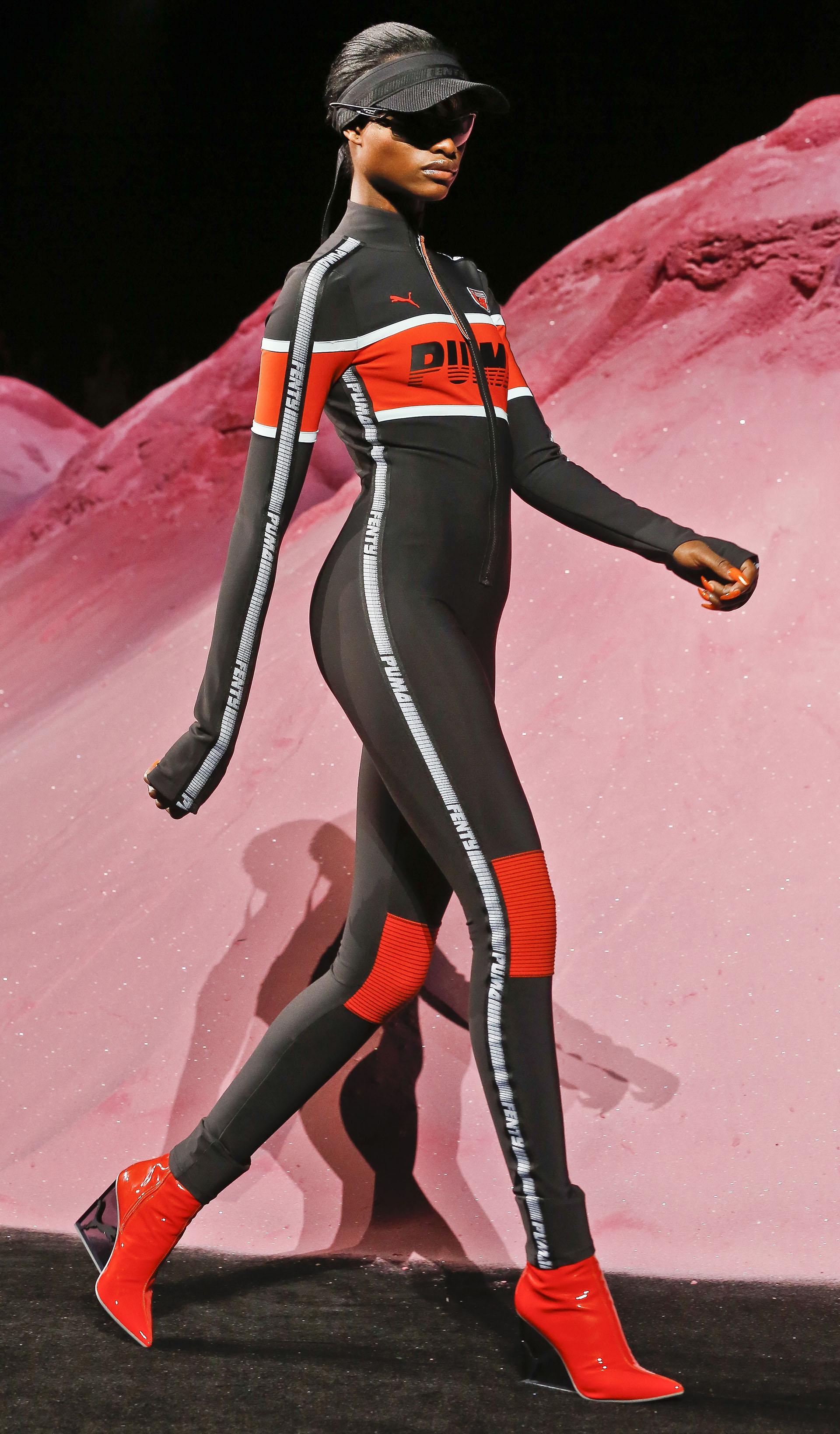 Fenty x Puma by Rihanna se inspiró en el mundo motocross para presentar sus creaciones (AP Photo/Bebeto Matthews)