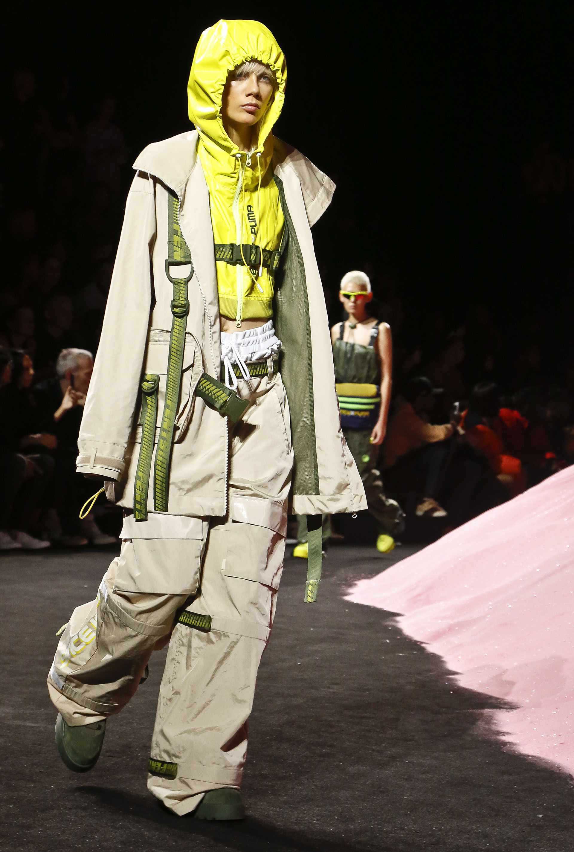 La silueta oversize, sello característico de la firma en chaquetas, y pantalones anchos (AP Photo/Bebeto Matthews)