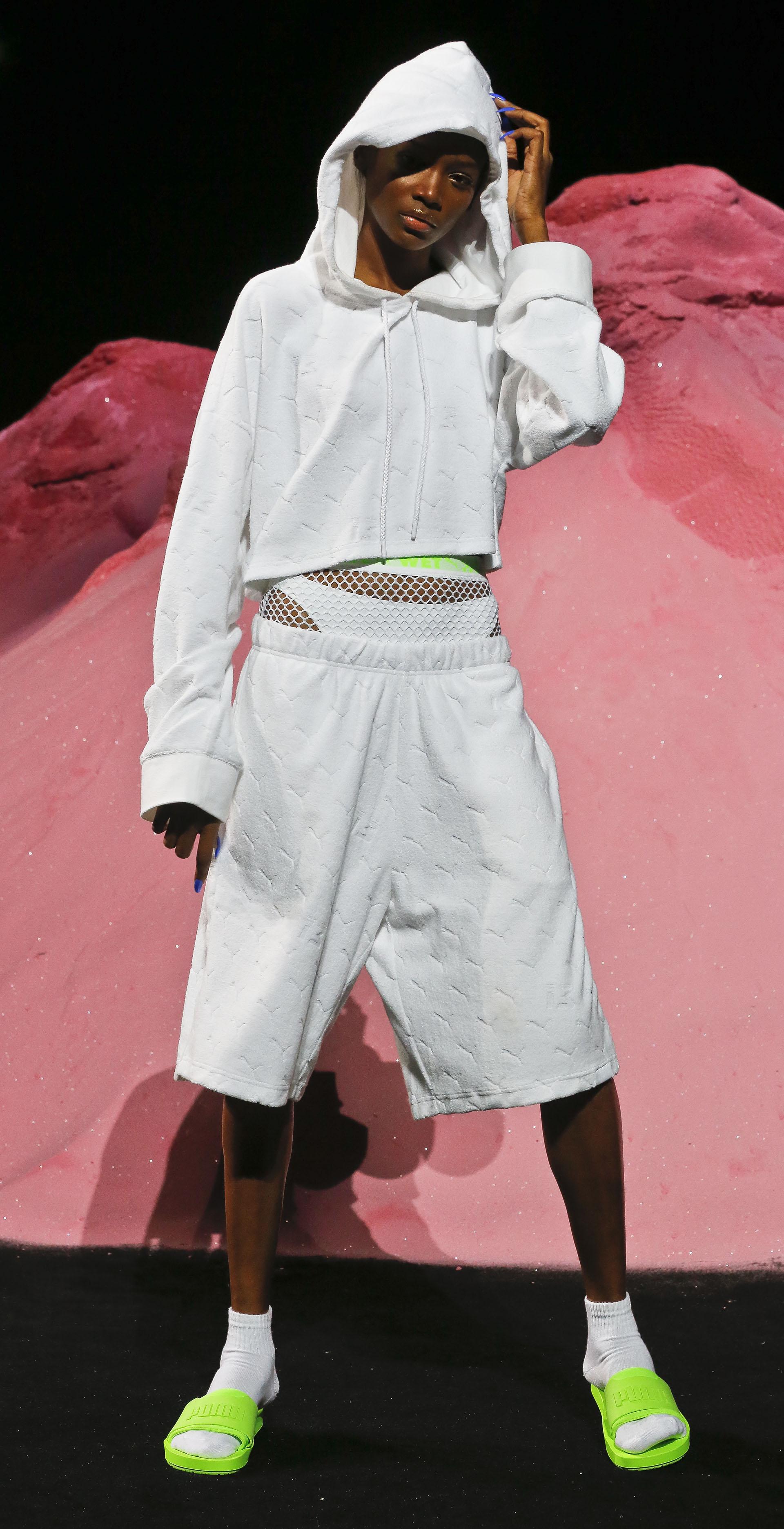 Los diseños mantienen la estética glam impuesta por la cantante (AP Photo/Bebeto Matthews)