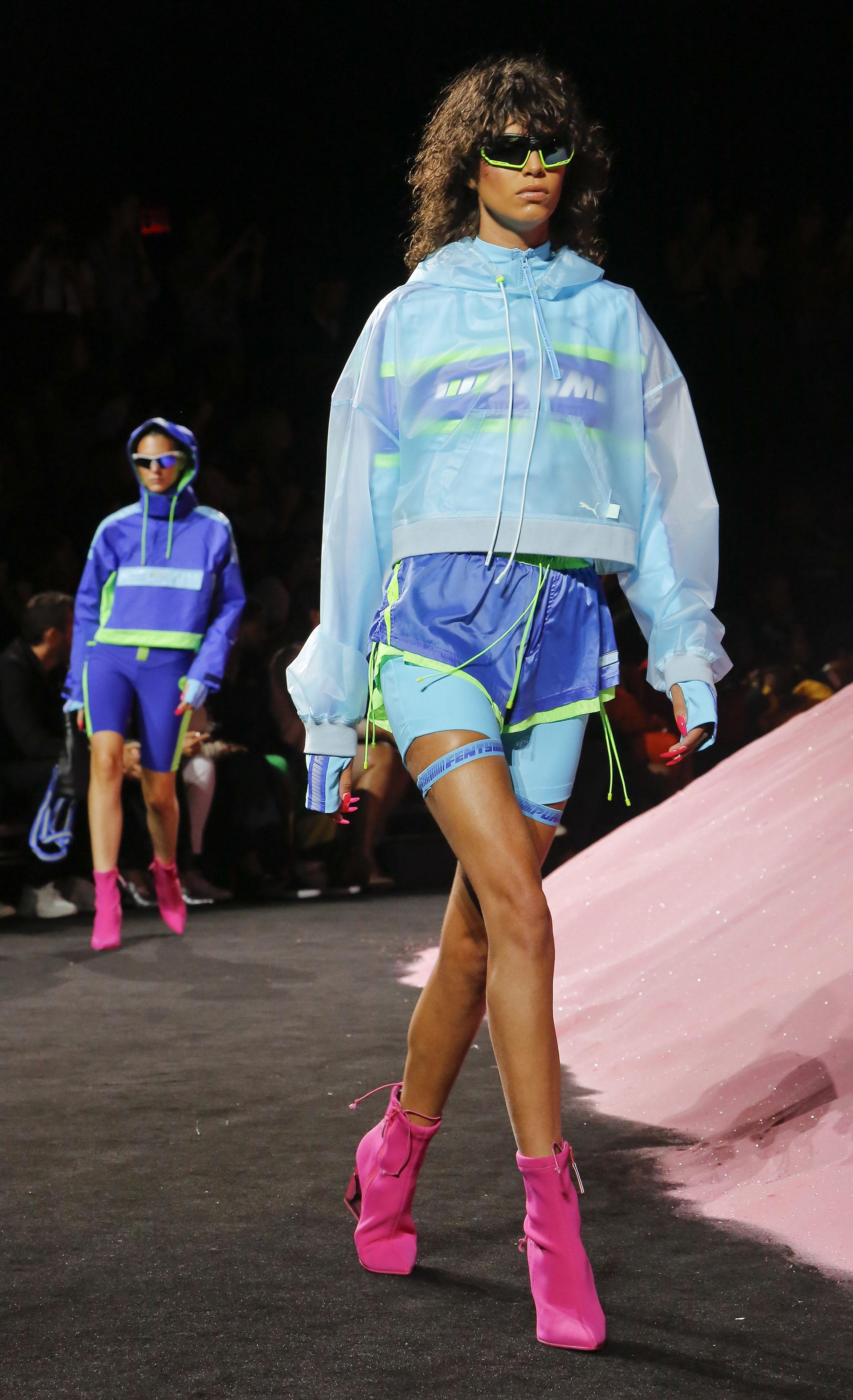 Los tejidos deportivos se tiñeron de colores estridentes. La combinación más aclamada: azul y fucsia (AP Photo/Bebeto Matthews)