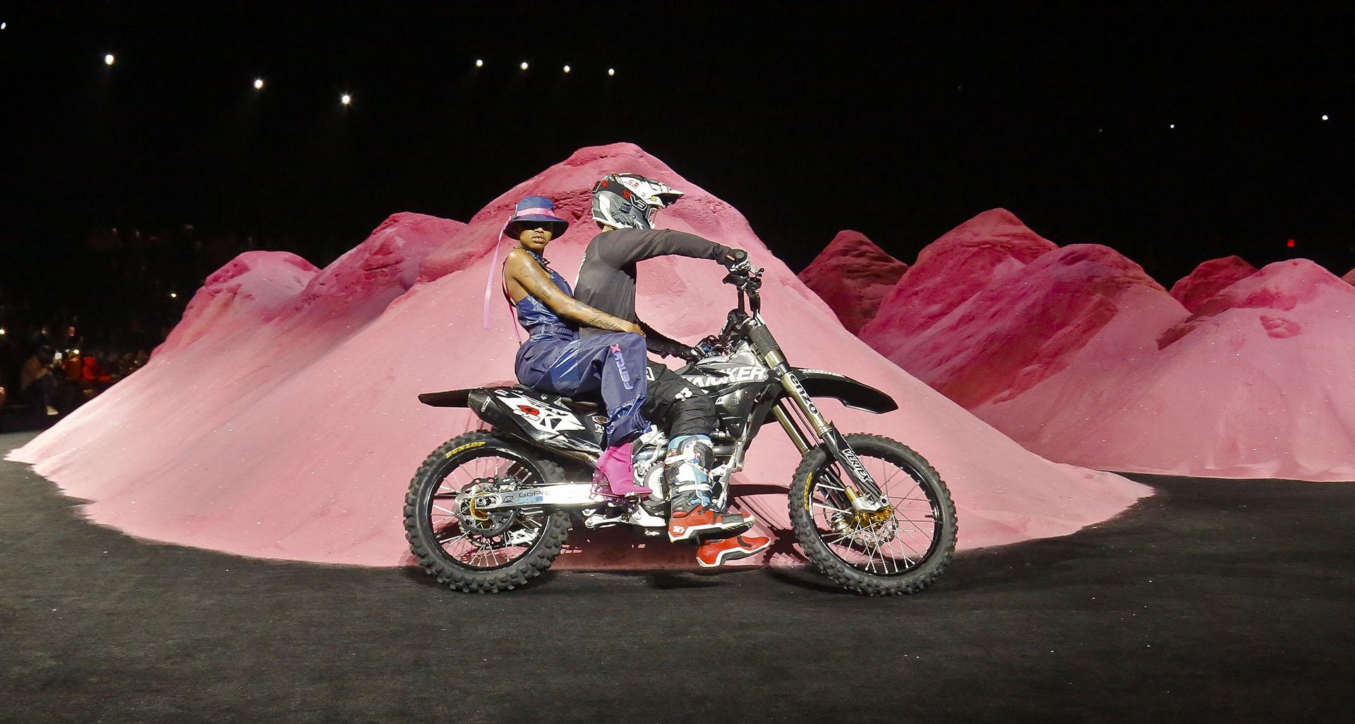 La encargada de abrirlo fue la atípica Simone Thompson –más conocida como SlickWoods en Instagram- en una moto y enfudada en un mono (AP Photo/Bebeto Matthews)