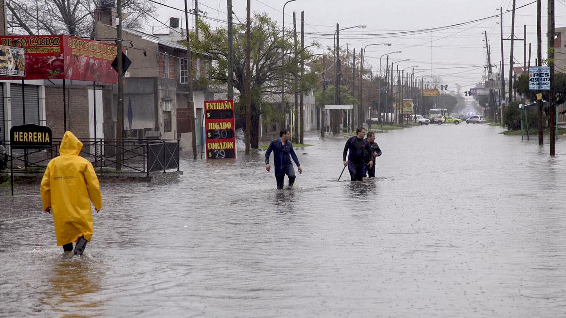 Personal de Defensa Civil asiste a vecinos de Quilmes y Bernal que se encuentran afectados (NA)