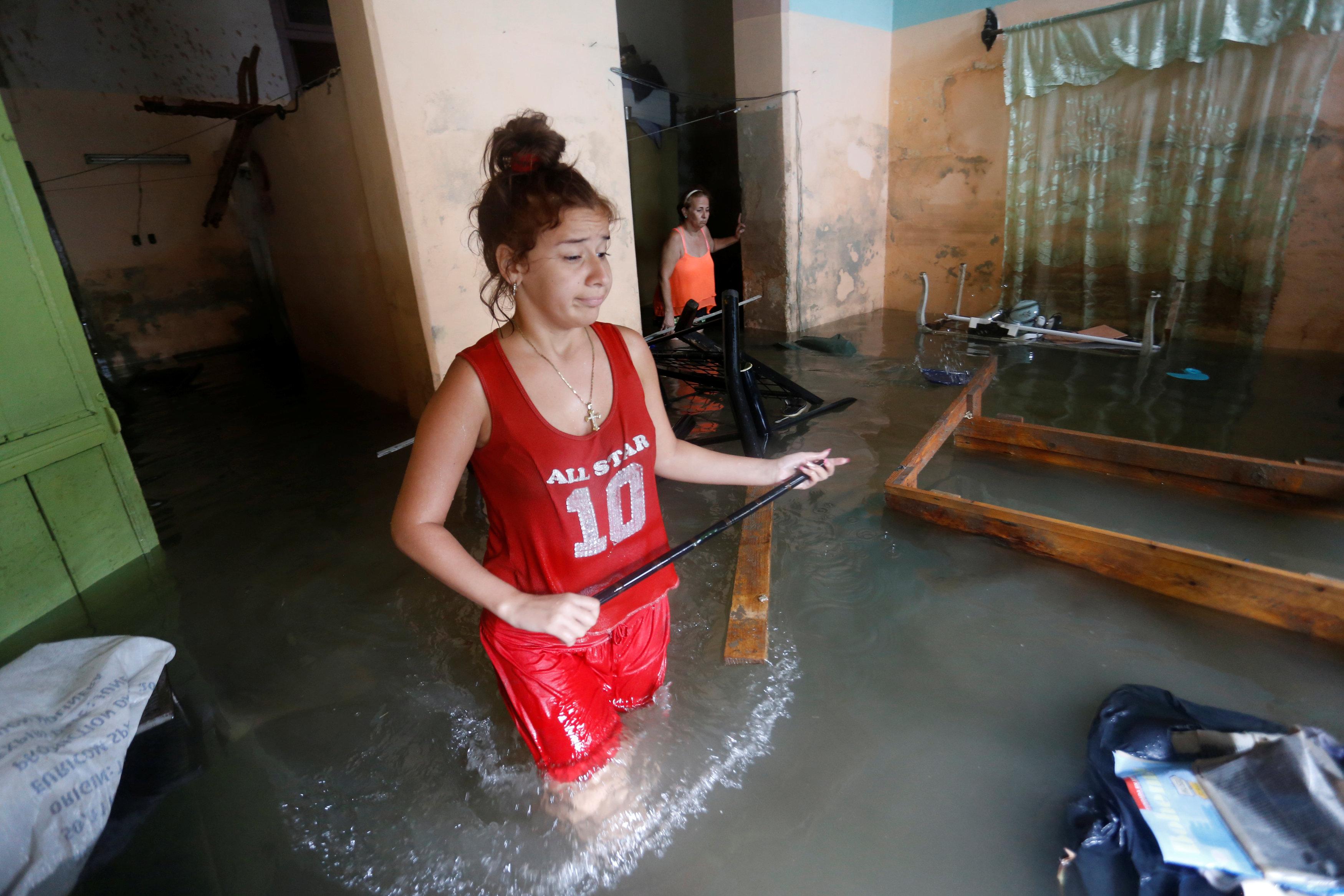 Una mujer con la casa inundada en La Habana(REUTERS)