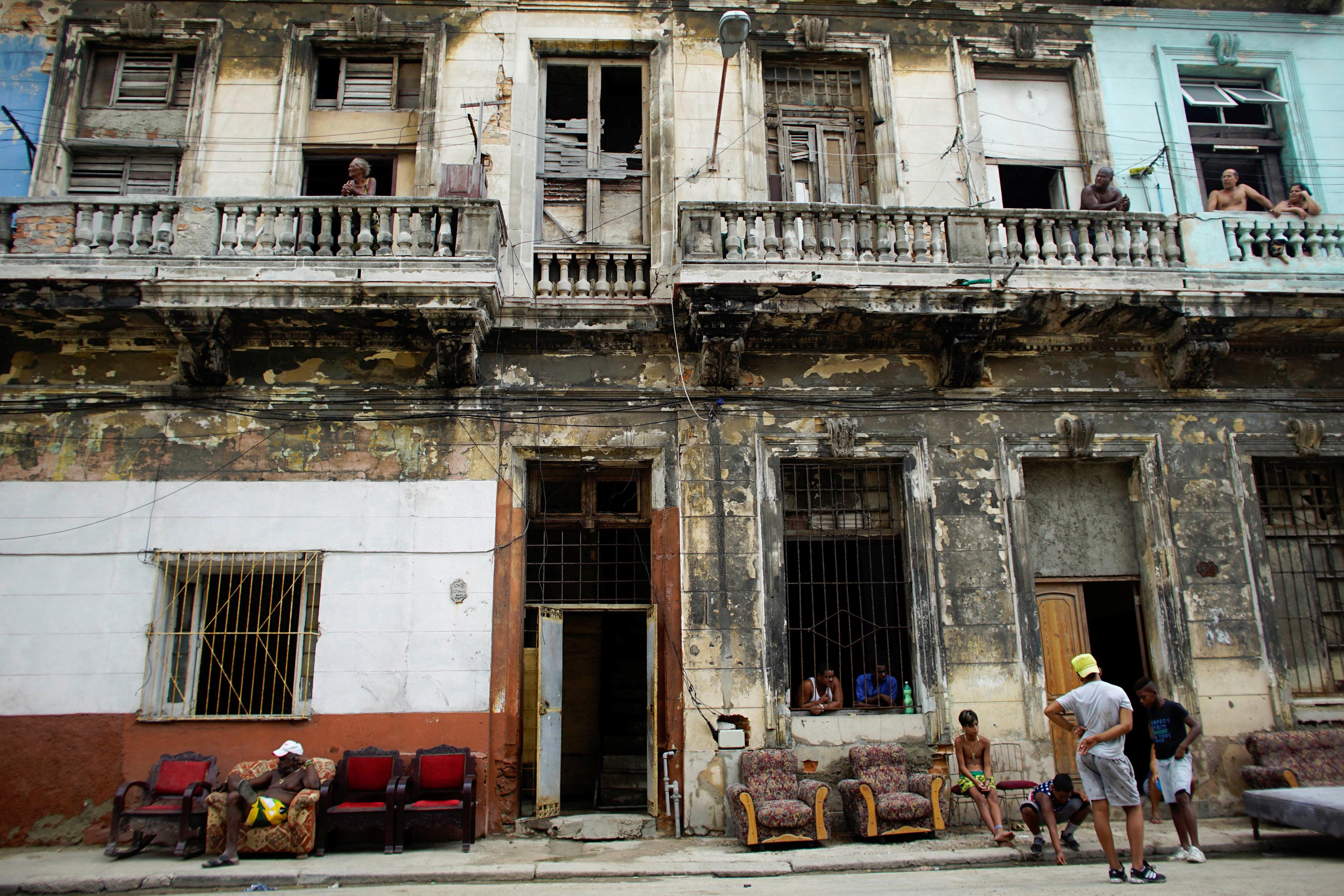Habitantes de La Habana secan sus muebles en la calle. (REUTERS