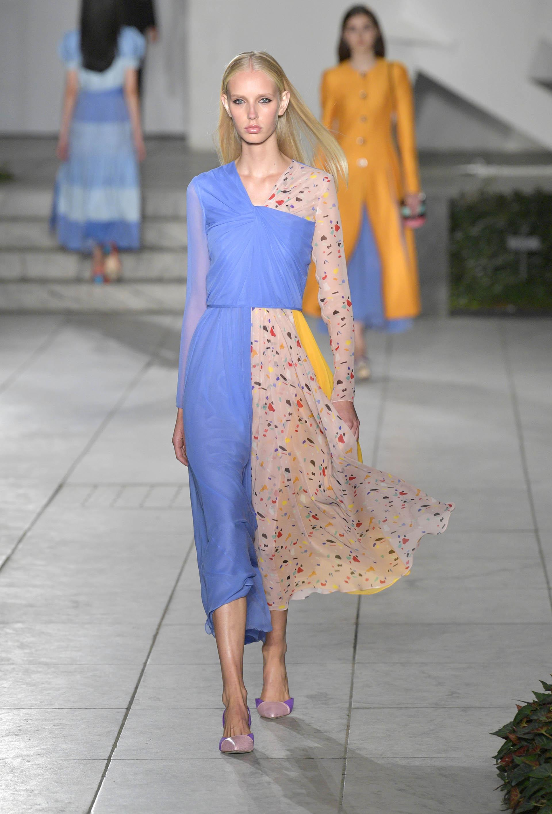 Tejidos ligeros con movimiento son parte de la propuesta de primavera-verano presentada en el marco de la Semana de la Moda en Nueva York (Slaven Vlasic/Getty Images For TRESemme Carolina Herrera)