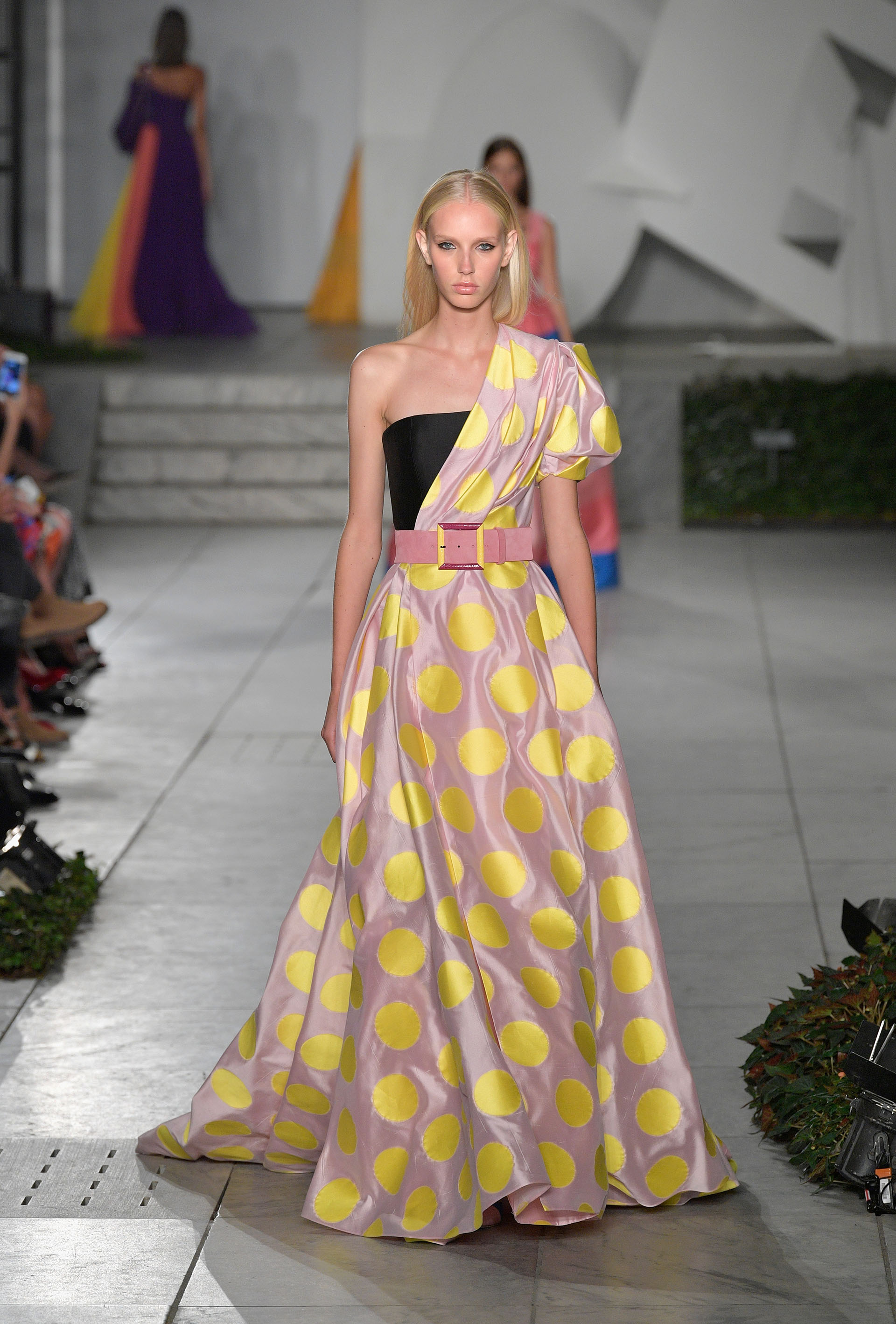 El amarillo iluminó los diseños glamorosos y femeninos (Slaven Vlasic/Getty Images For TRESemme Carolina Herrera)