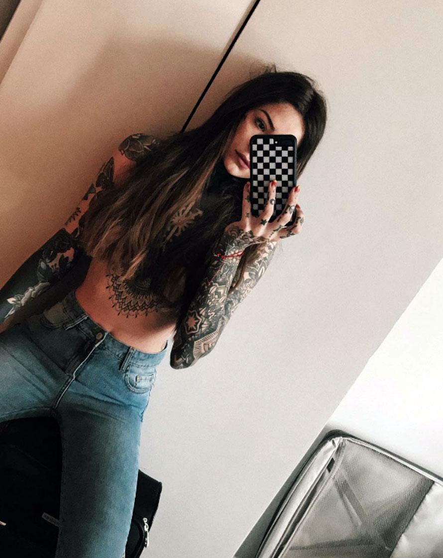 Candelaria Tinelli viajó a Nueva York con su hermana y una amiga. Durante el viaje, la hija del conductor de ShowMatch se sacó una selfie muy hot con el torso desnudo