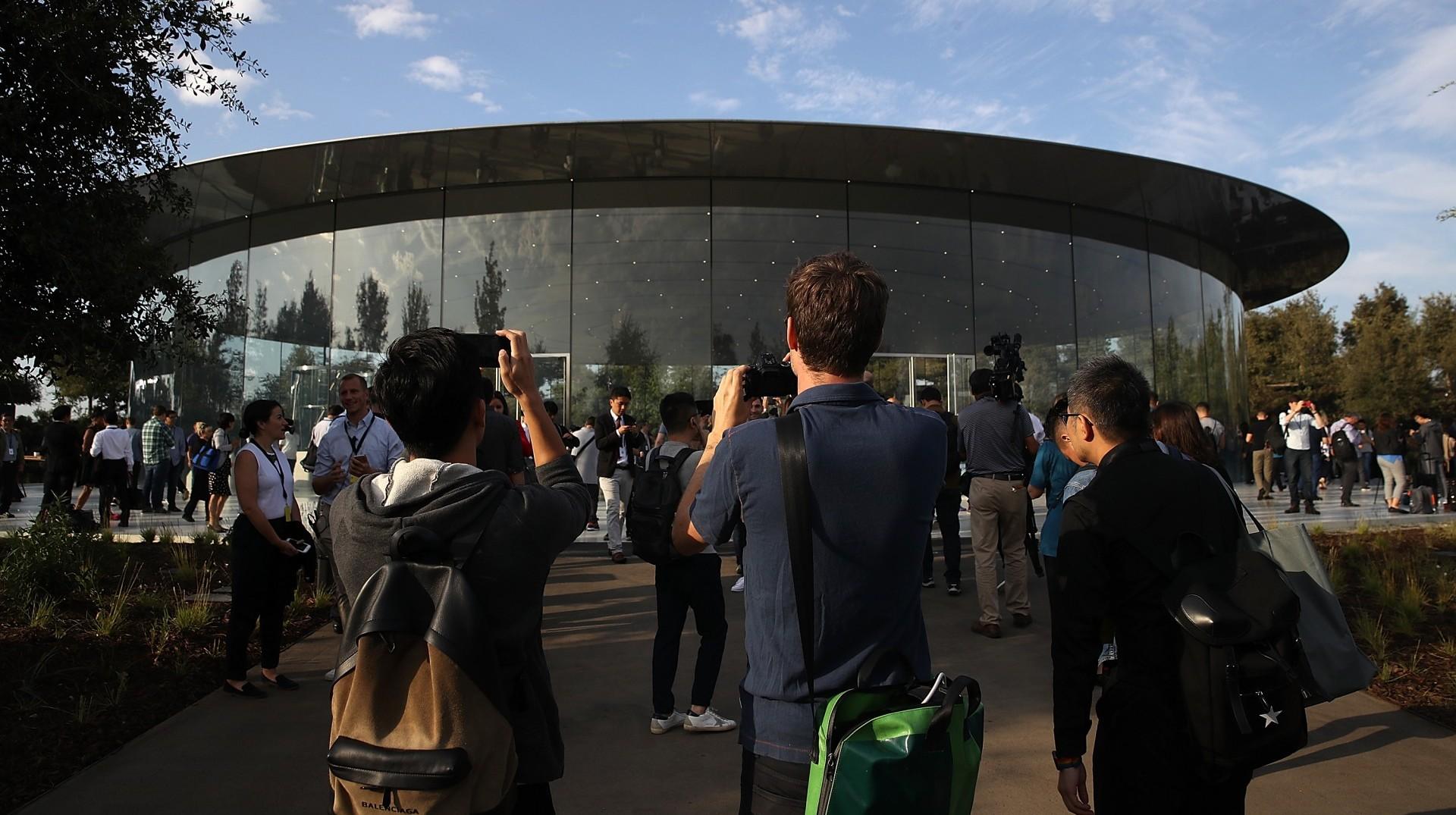Los invitados llegan al Auditorio Steve Jobs, en Cupertino (AFP)