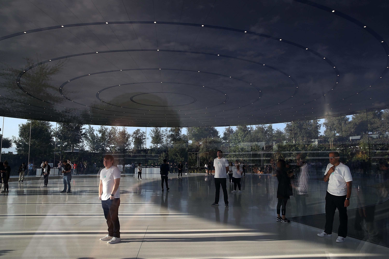 En abril comenzaron las mudanzas al edificio central de Apple Park, una estructura circular de 1,6 kilómetros de diámetro y rodeada de seis kilómetros de cristal