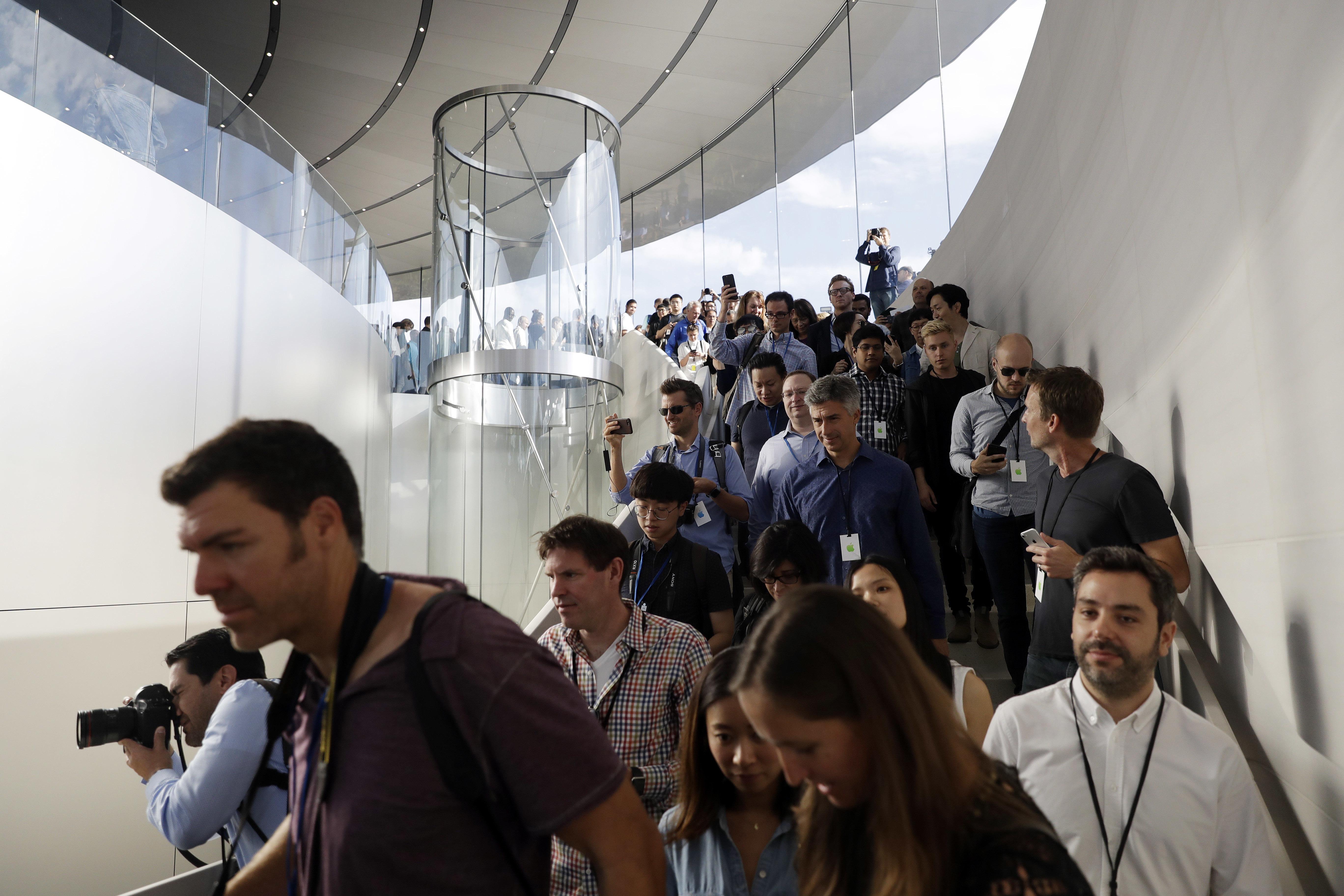 La entrada de los asistentes al auditorio