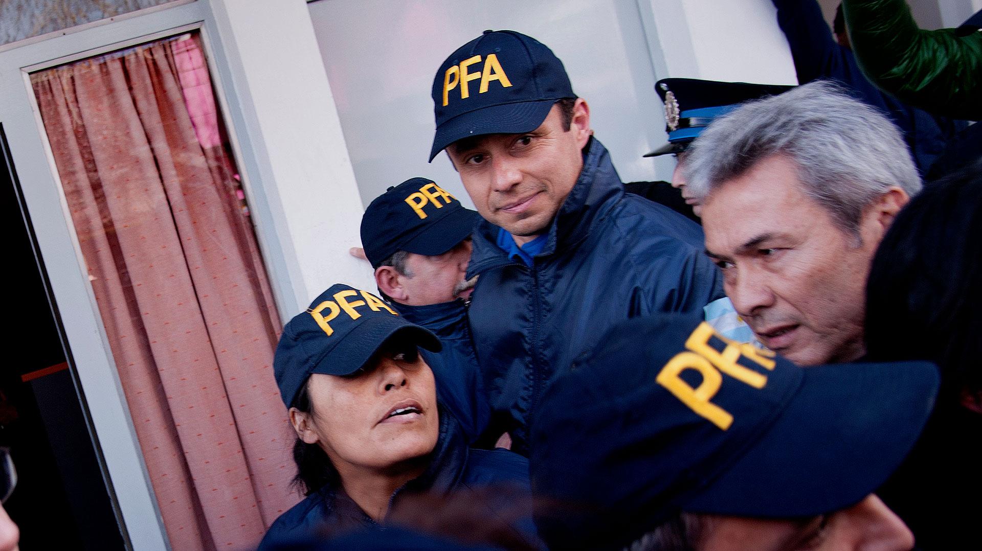 Ruíz Díaz, de bigotes, y Pelozo, camuflados como policías federales (Nicolás Stulberg)