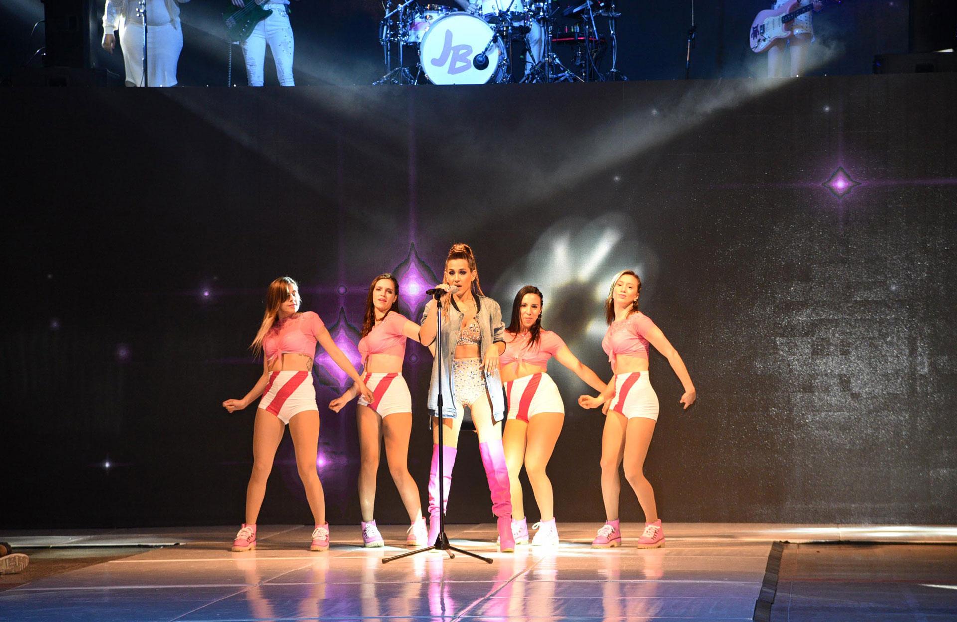 """Con un excéntrico look, Jimena brindó un show musical durante el desfile solidario """"Chicos x los chicos"""""""